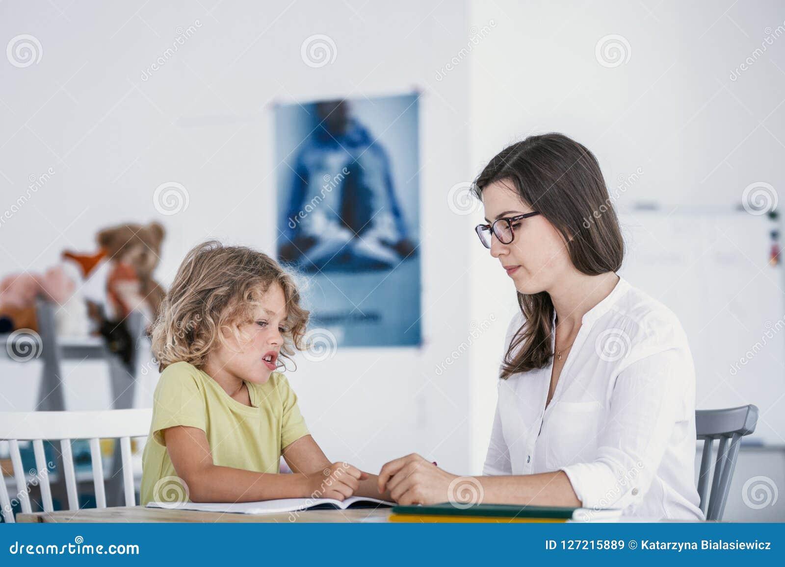 Ongelukkig kind die oefeningen van een boek met een school weigeren te doen