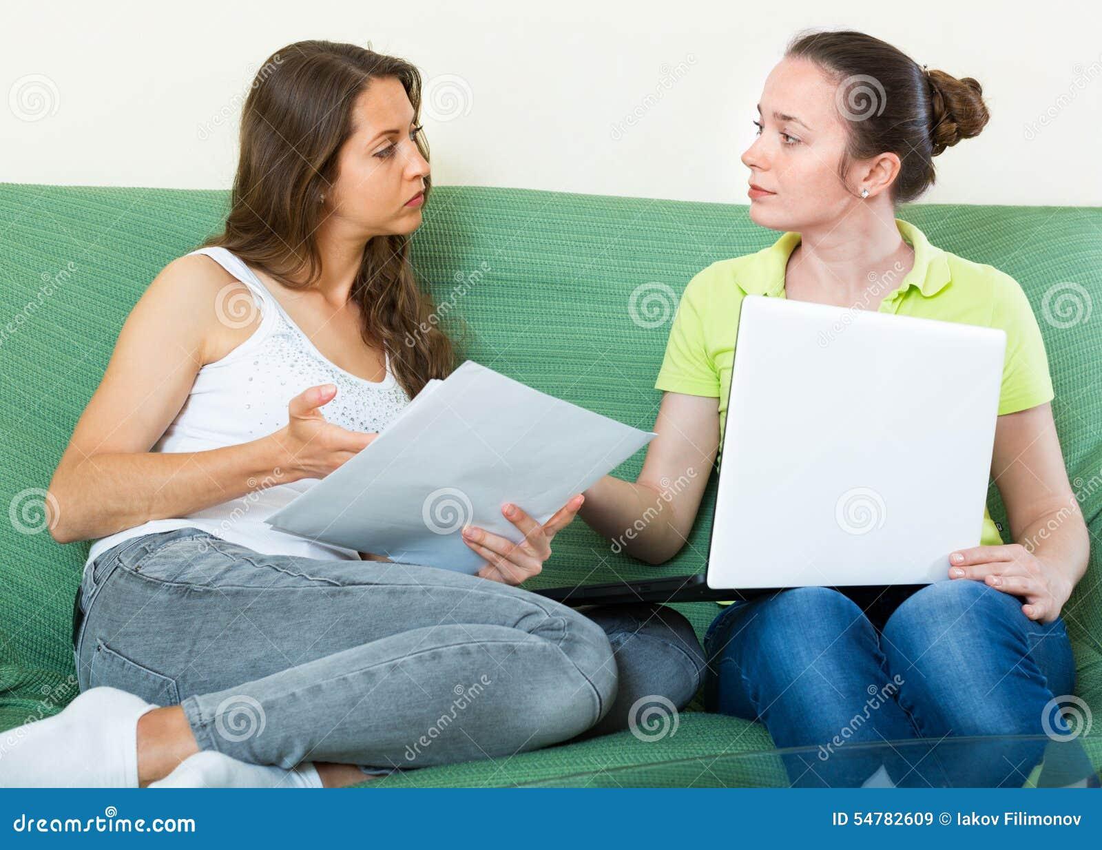 Ongelukkig meisje die bedrijfsdocumenten met laptop kijken