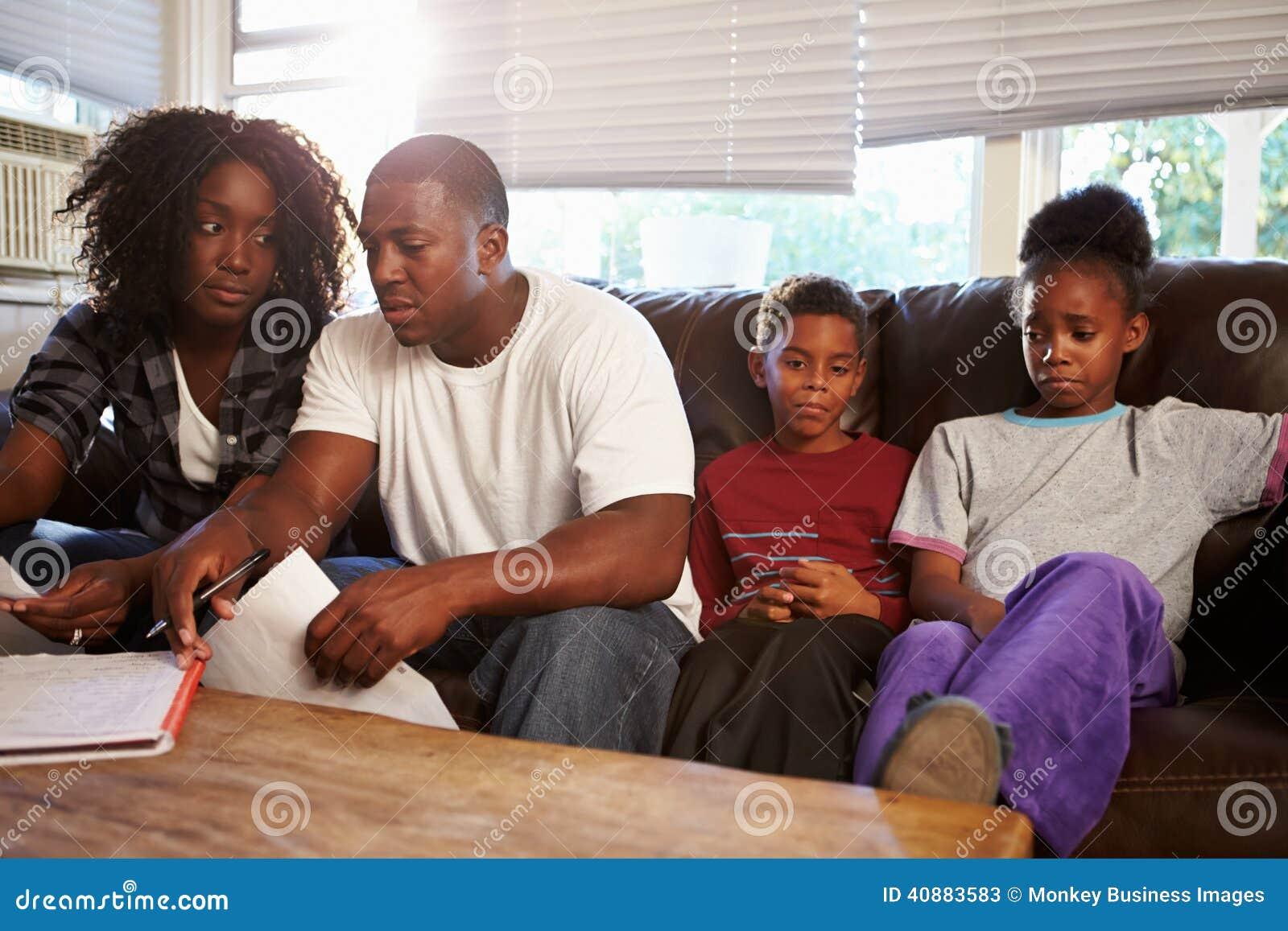 Ongelukkige Familiezitting op Sofa Looking At Bills