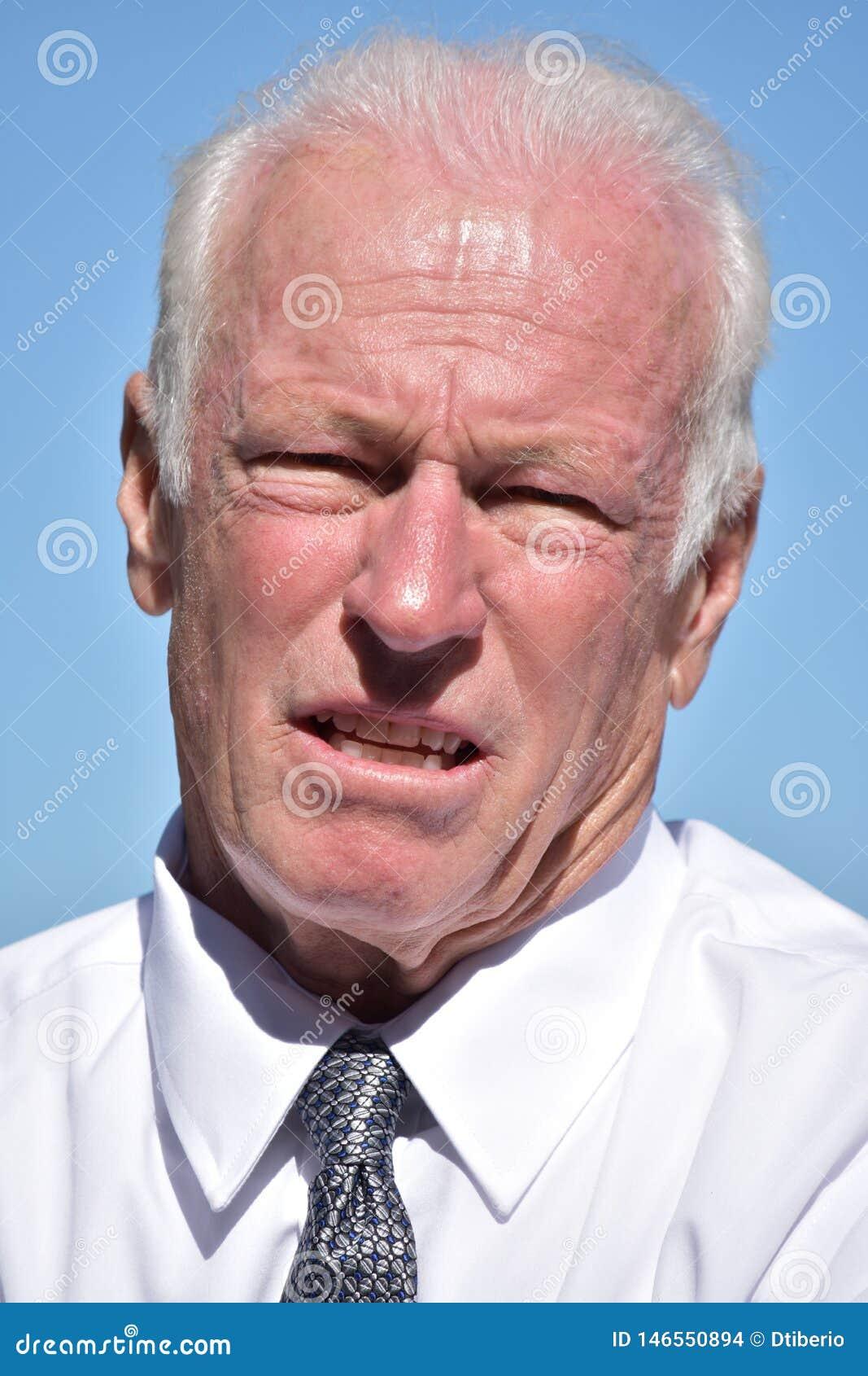 Ongelukkige Hogere Zakenman Wearing Tie Isolated
