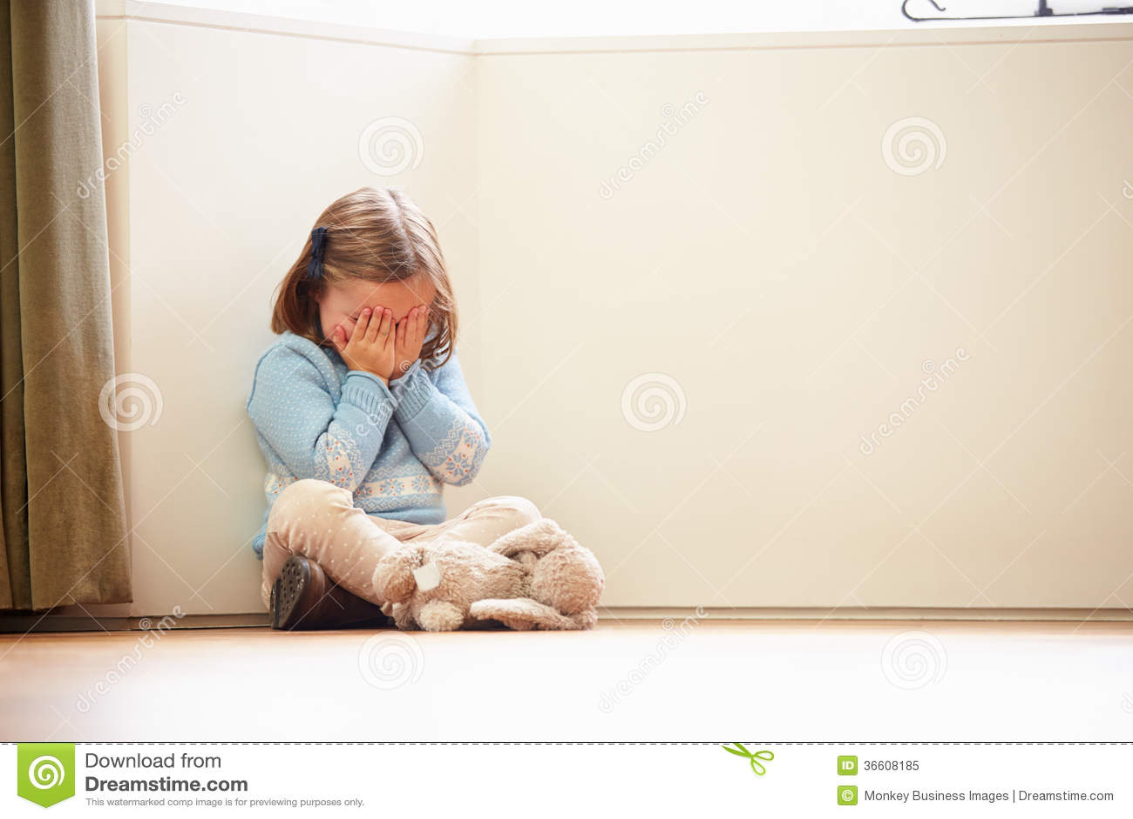 Ongelukkige Kindzitting op Vloer in Hoek thuis