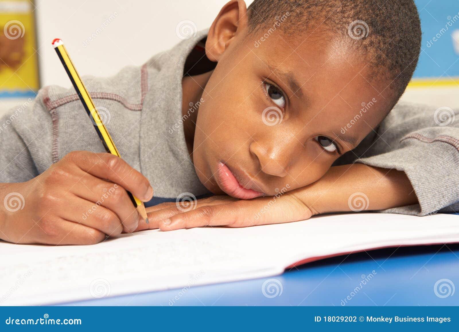 Ongelukkige Schooljongen die in Klaslokaal bestudeert