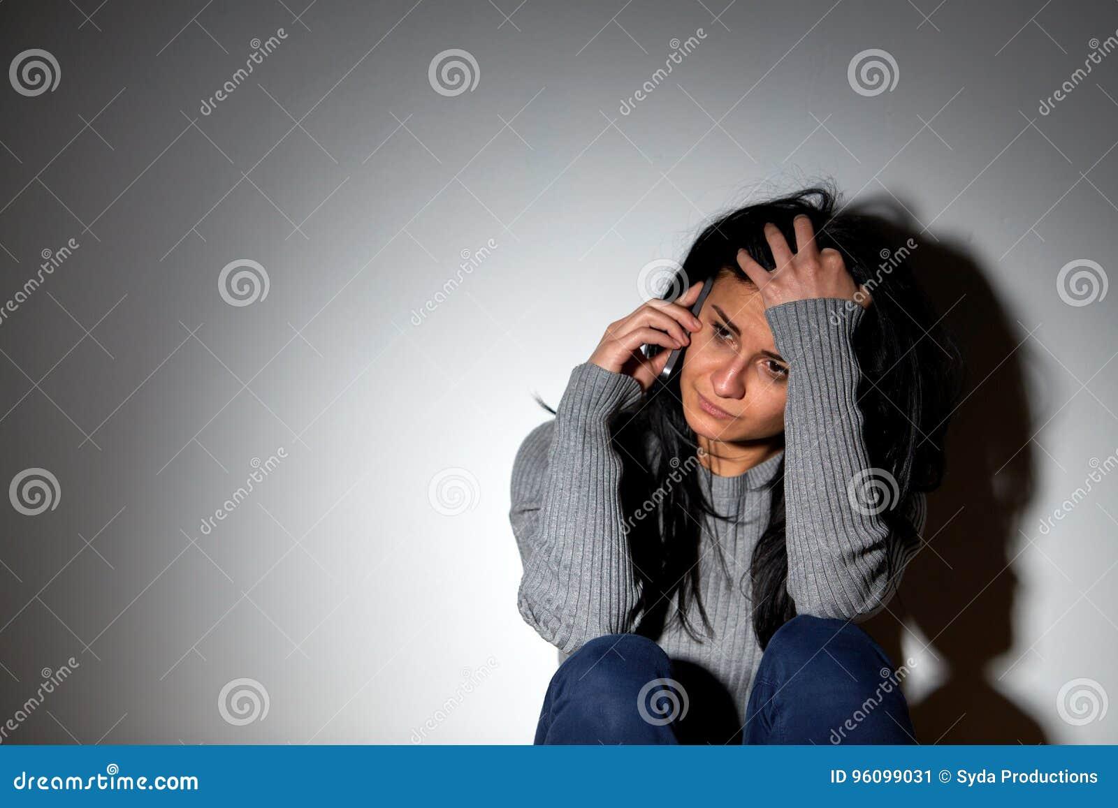 Ongelukkige vrouw die en smartphone schreeuwen uitnodigen