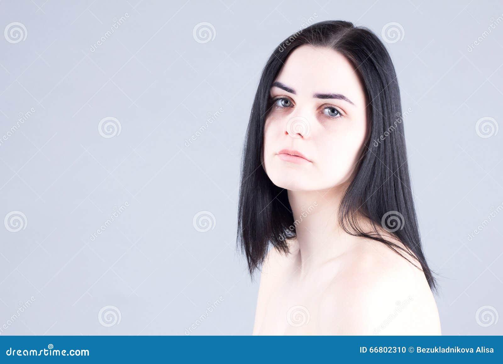 Ongelukkige vrouw met vermoeide ogen