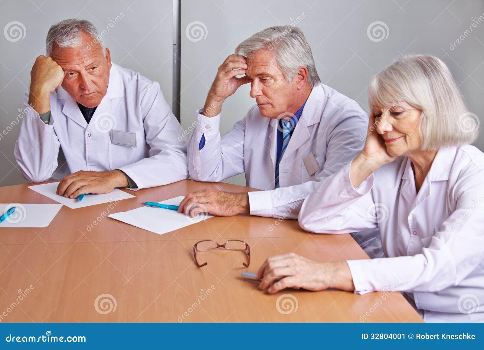 Ongerust gemaakte artsen die in vergadering denken