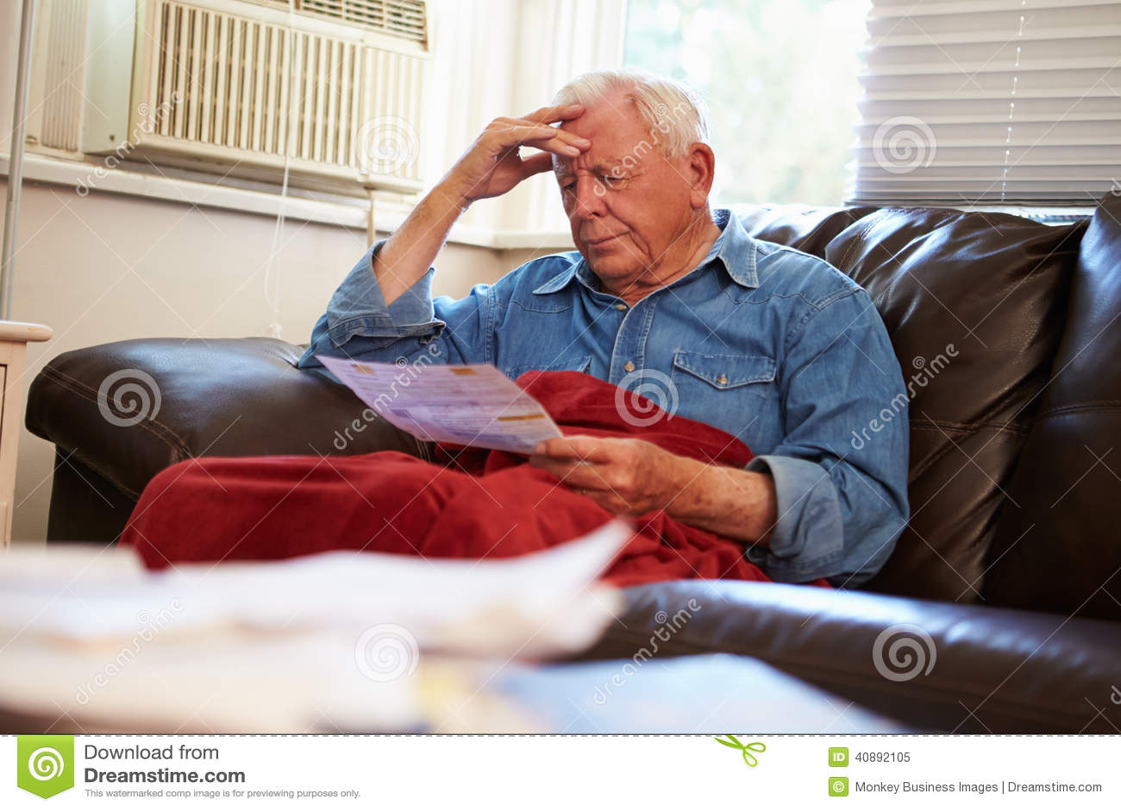 Ongerust gemaakte Hogere Mensenzitting op Sofa Looking At Bills