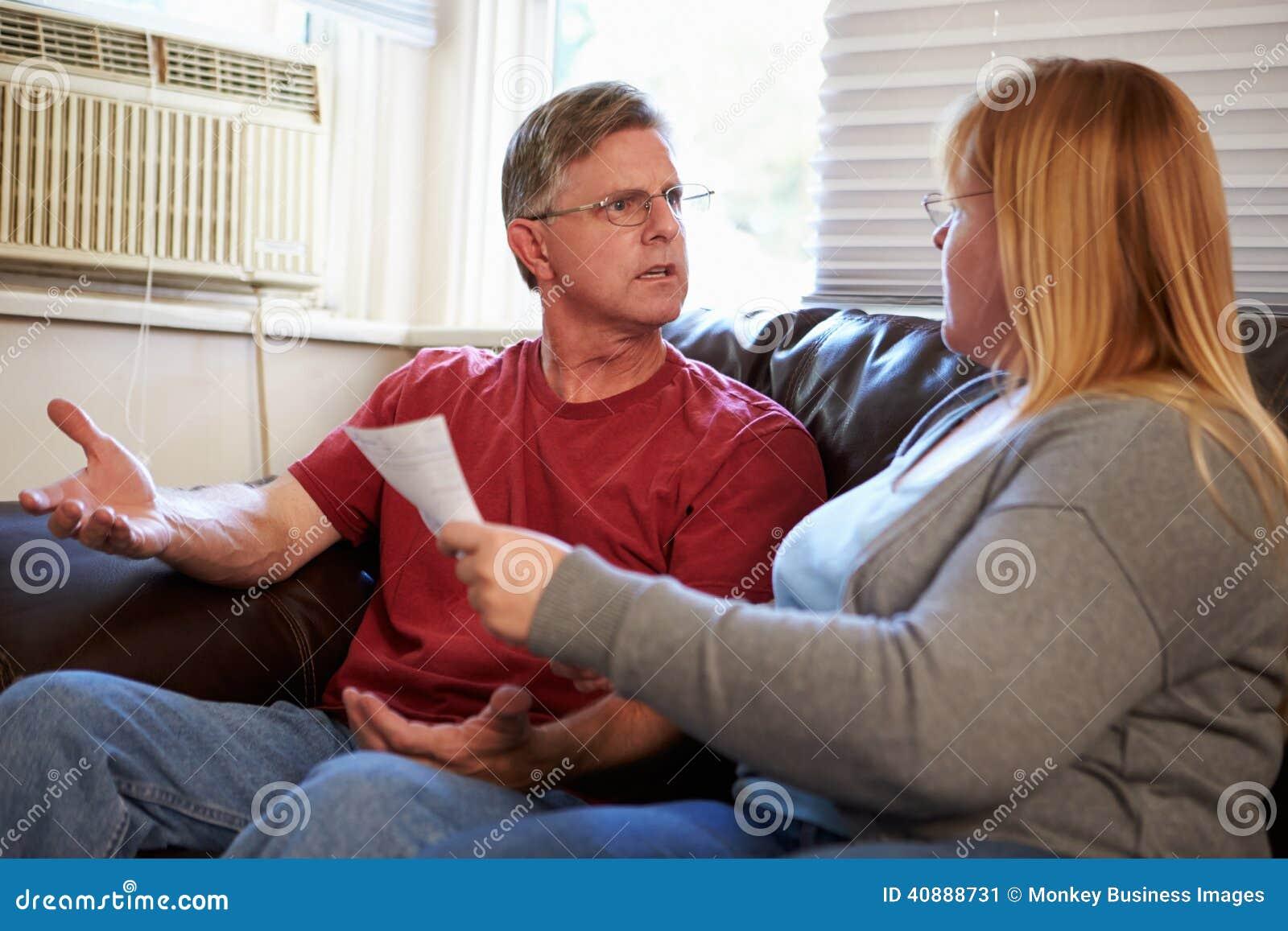 Ongerust gemaakte Paarzitting op Sofa Arguing About Bills