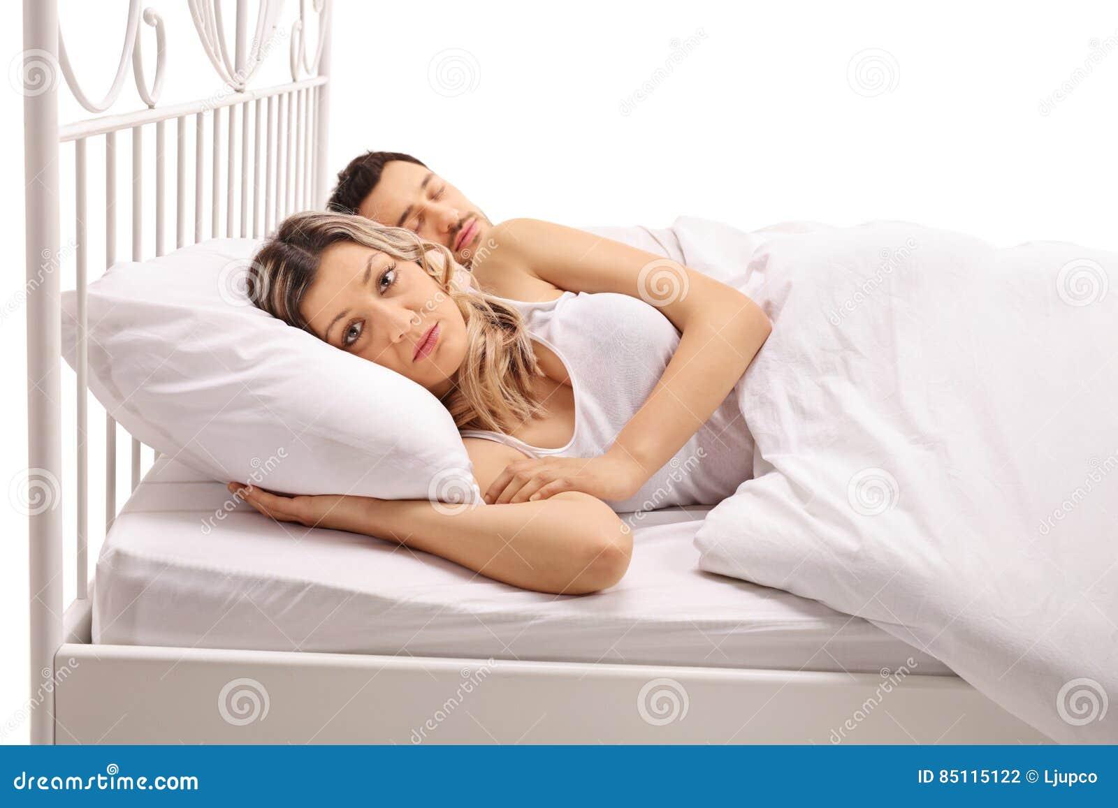 Ongerust gemaakte vrouw die in bed met een kerel liggen