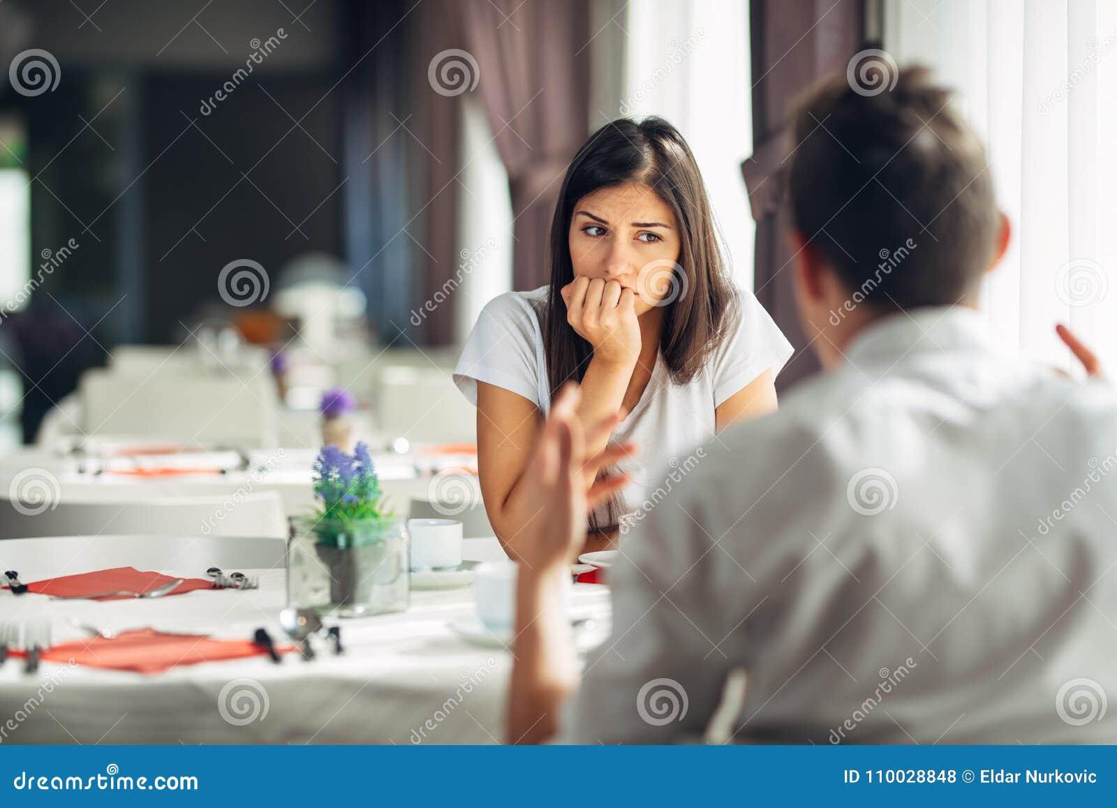 Ongerust gemaakte vrouw die, hebbend verhoudingsproblemen betwijfelen Het nemen van een besluit Bored wandelen, het luisteren nie
