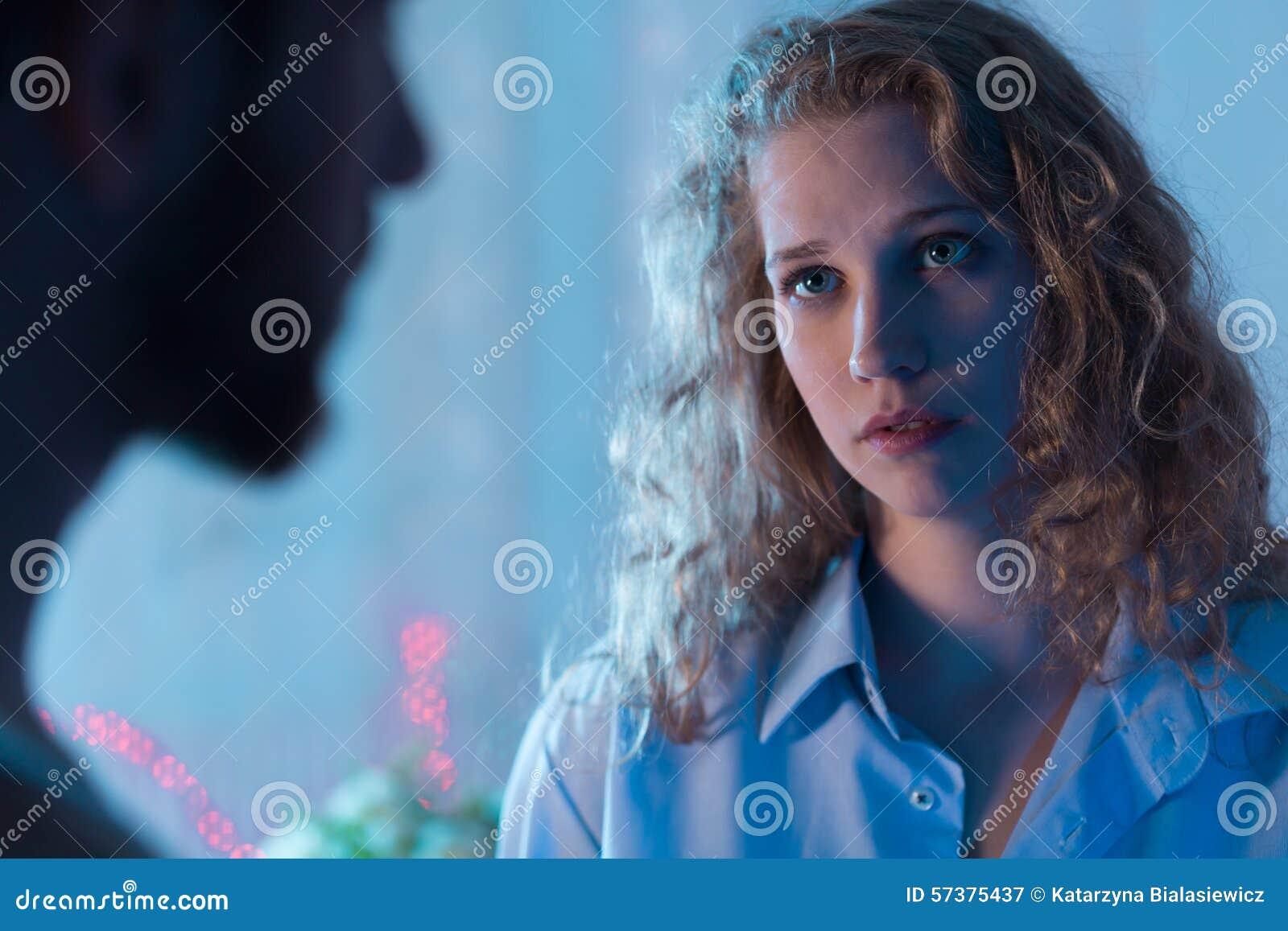 Ongerust gemaakte vrouw die met vriend spreken