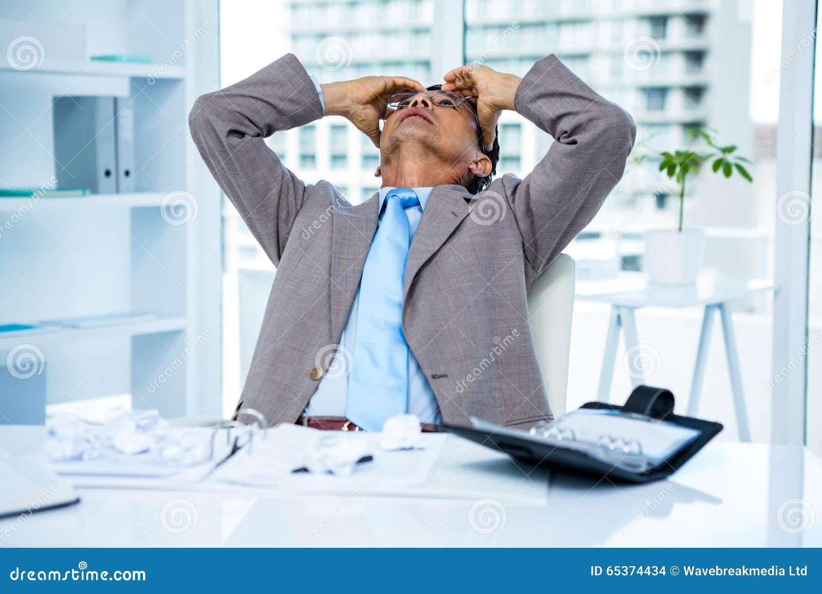 Ongerust gemaakte zakenman die bij zijn bureau werken