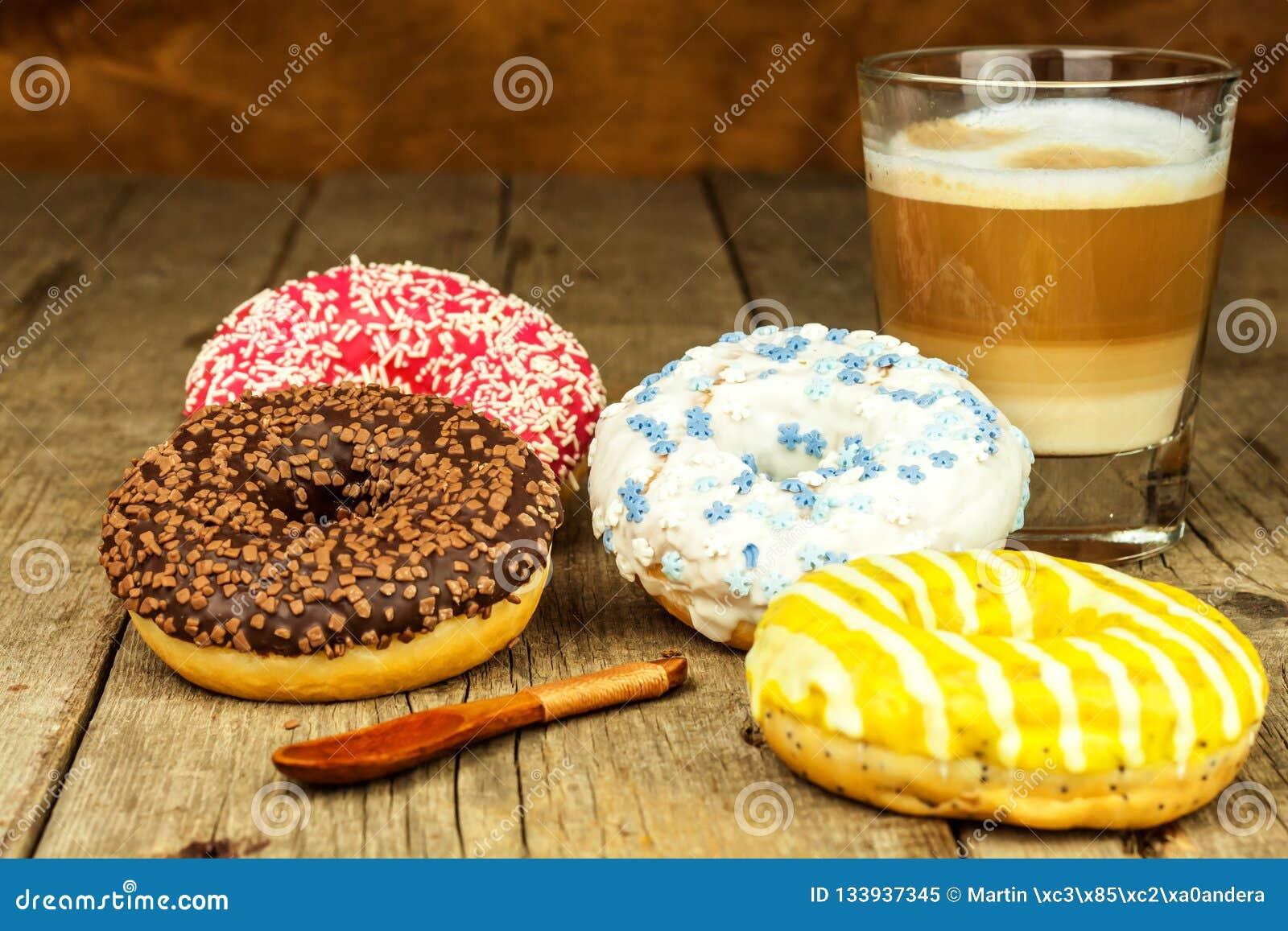 Ongezond Voedsel Donuts op een Houten Lijst Koffie aan dessert Gevaren van zwaarlijvigheid en diabetes Verkoop van snoepjes Donut
