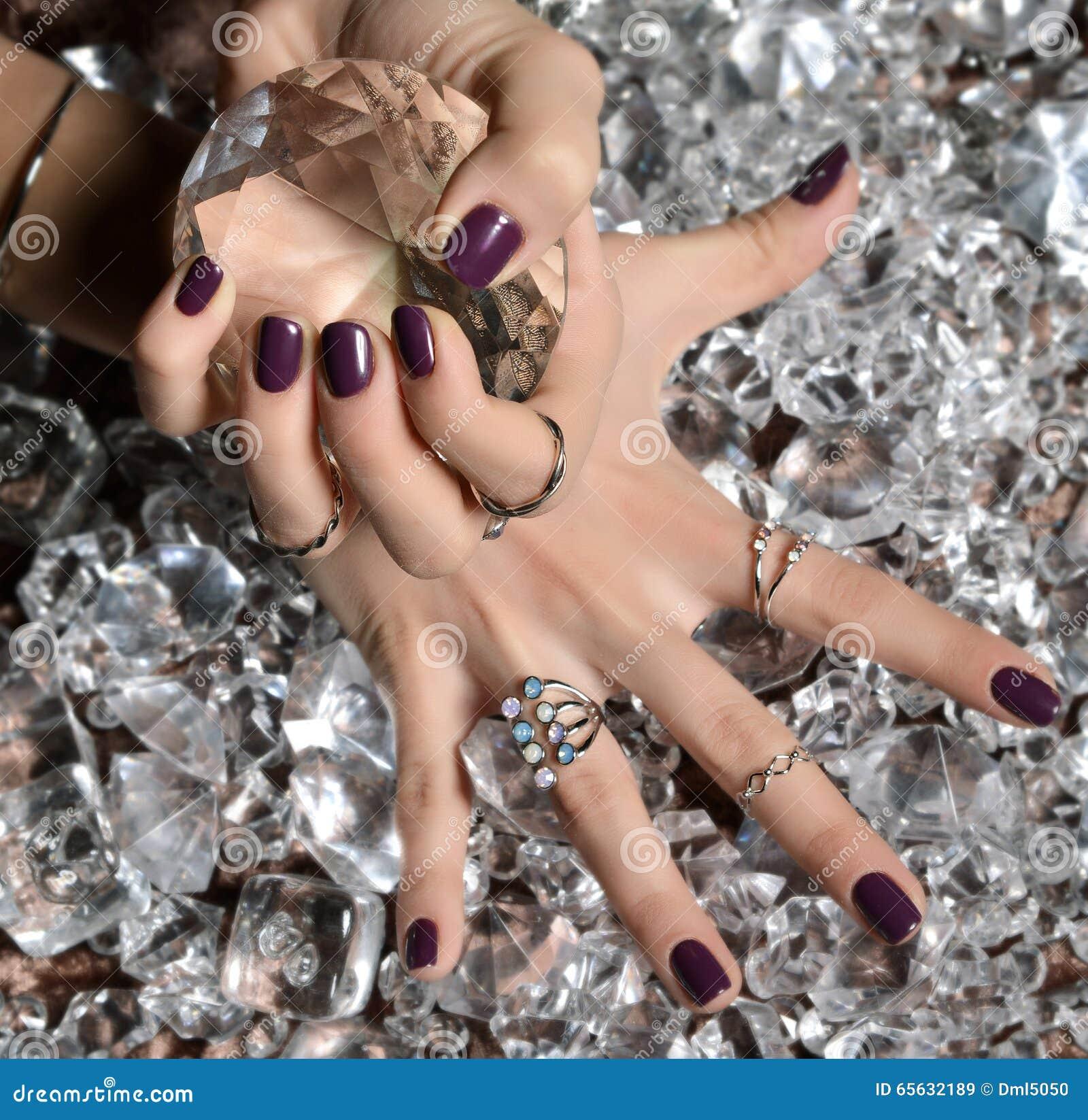 Ongles pourpres et argent de poli de modèle empilant les anneaux et le bracel