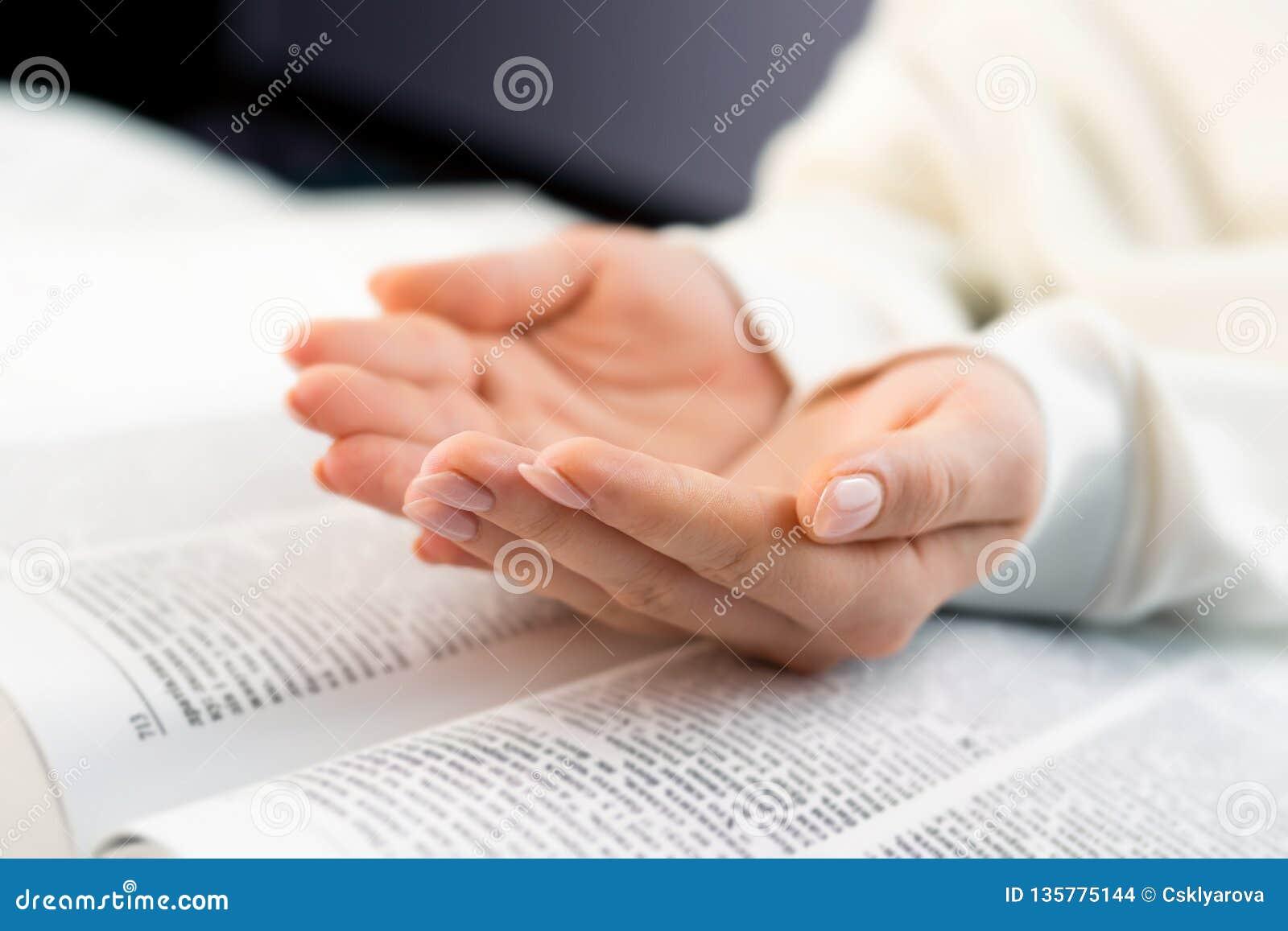 Onherkenbare vrouw die groot boek lezen - Heilige Bijbel en het bidden Christelijke het bestuderen scripture Student in de univer