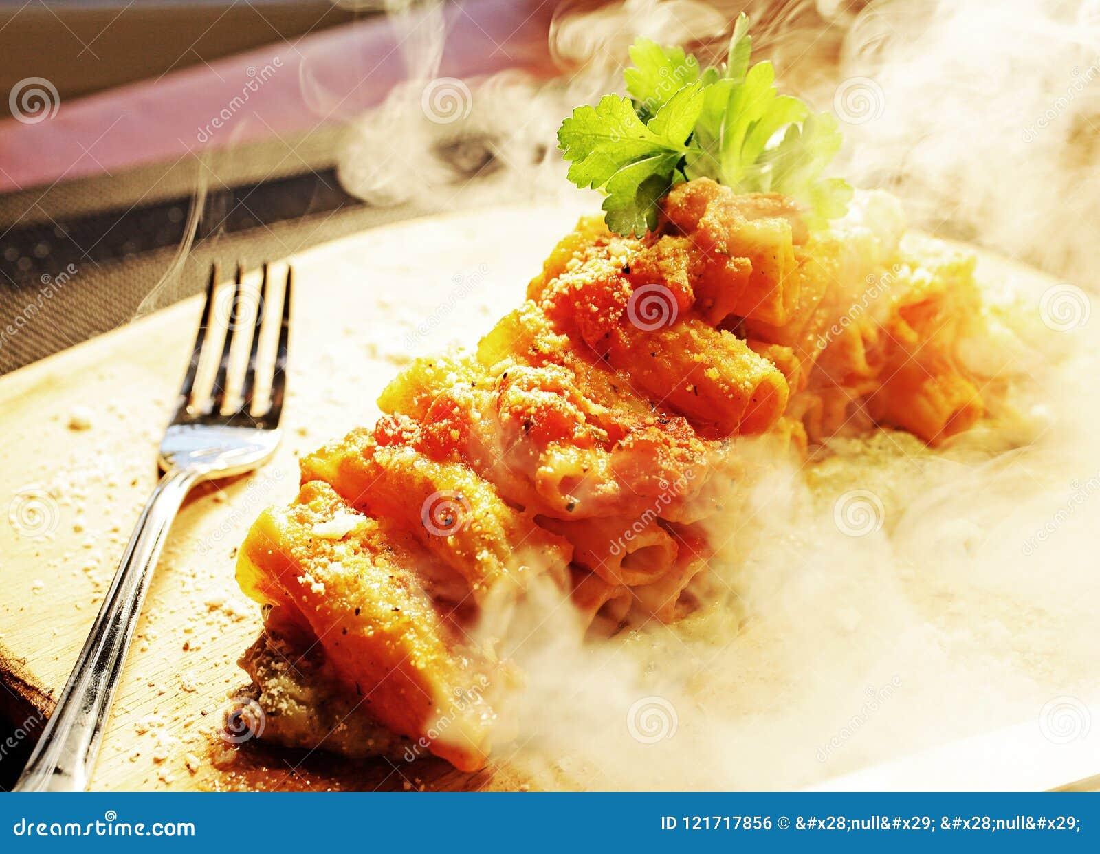 Onlangs gekookte rokerige smakelijke deegwaren