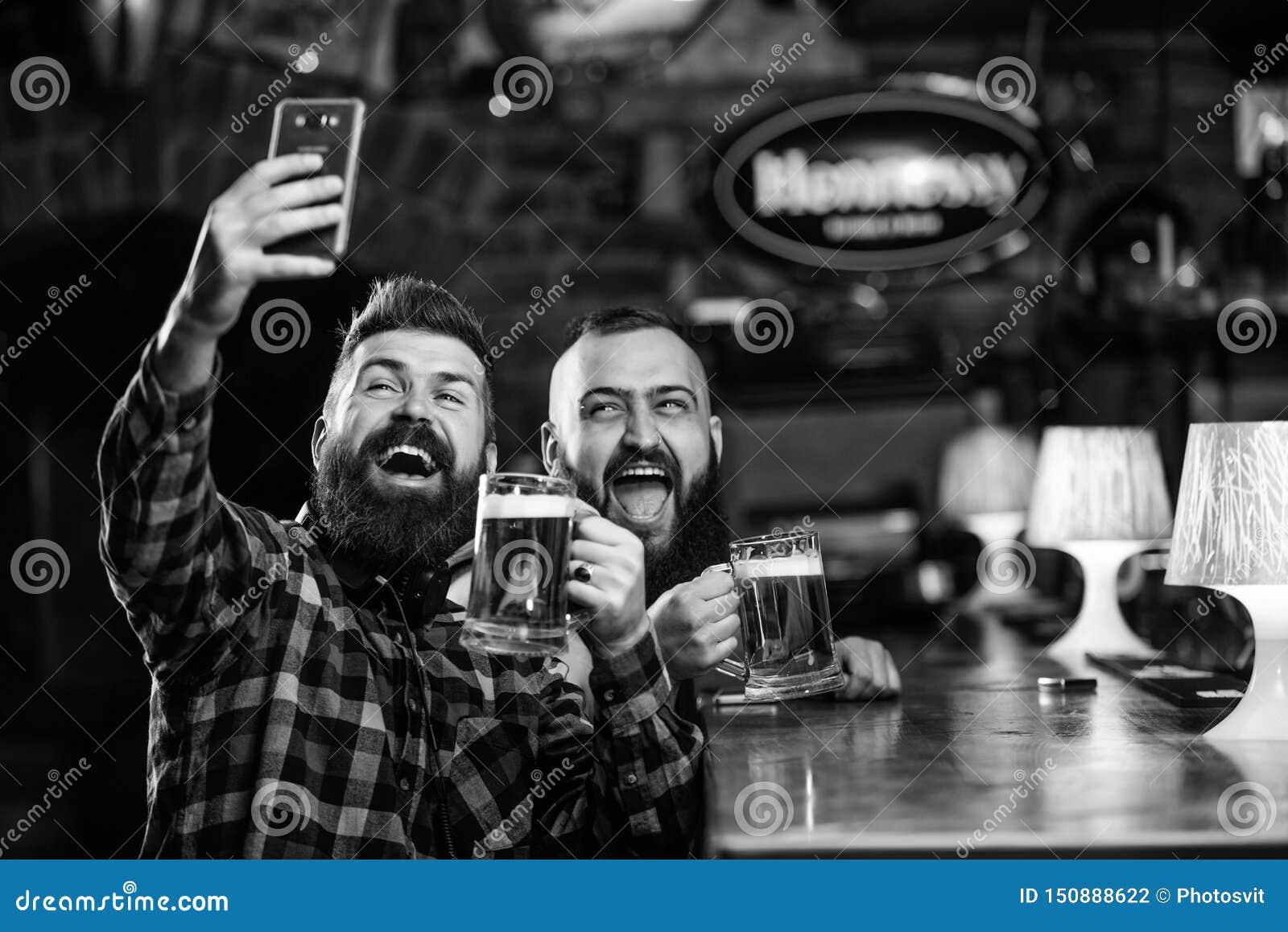 Online mededeling De greepsmartphone van mensen gebaarde hipster Het nemen van selfie concept Neem selfie foto om groot te herinn