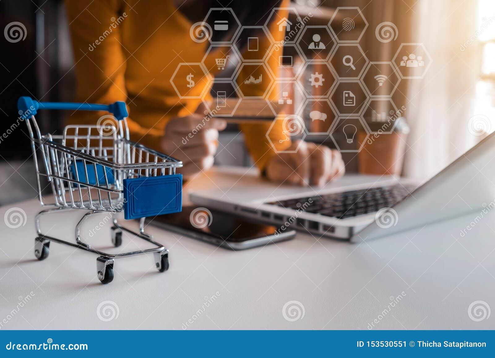 Online-shoppingbegrepp, kvinna som direktanslutet shoppar