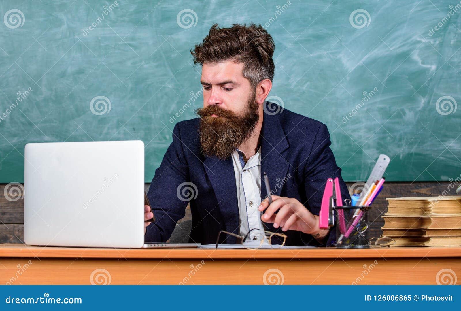 Online szkoła i edukacja Odległy uczy kogoś pojęcie Nauczyciela brodaty dojrzały mężczyzna uczy online używać laptop i