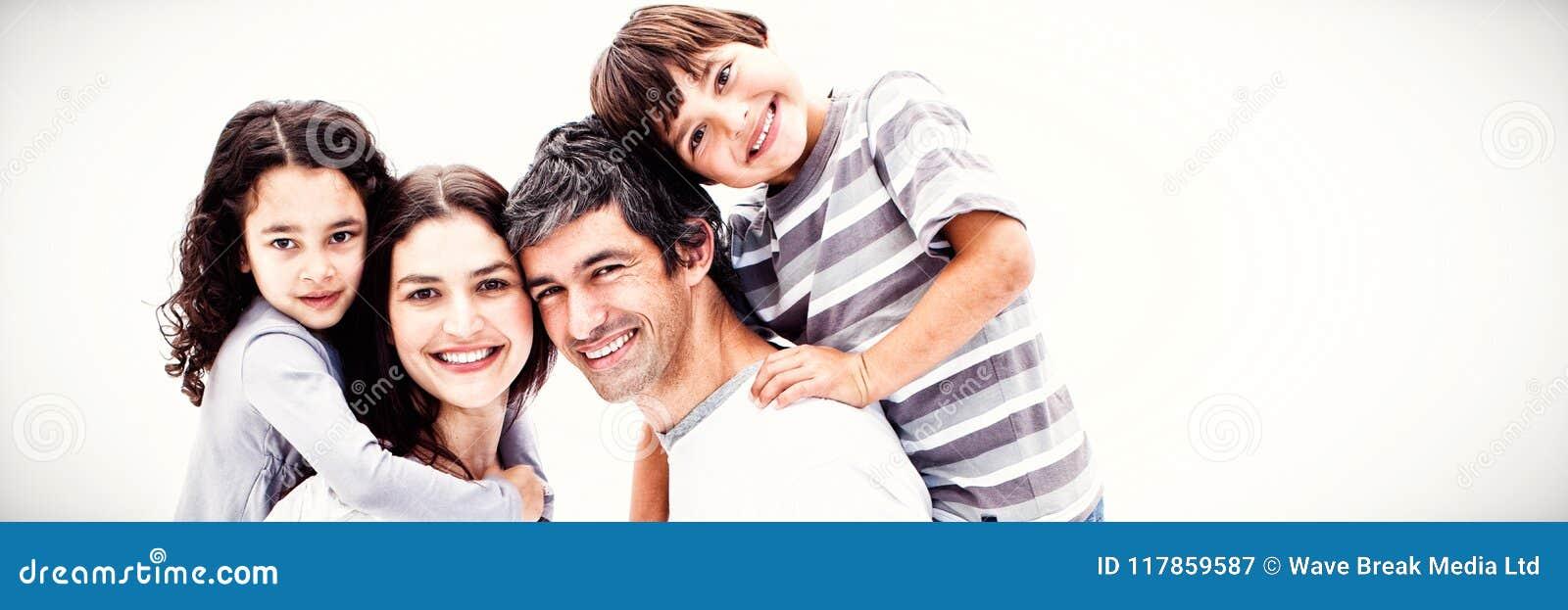 Ono uśmiecha się wychowywa dawać ich dzieciom piggyback przejażdżce