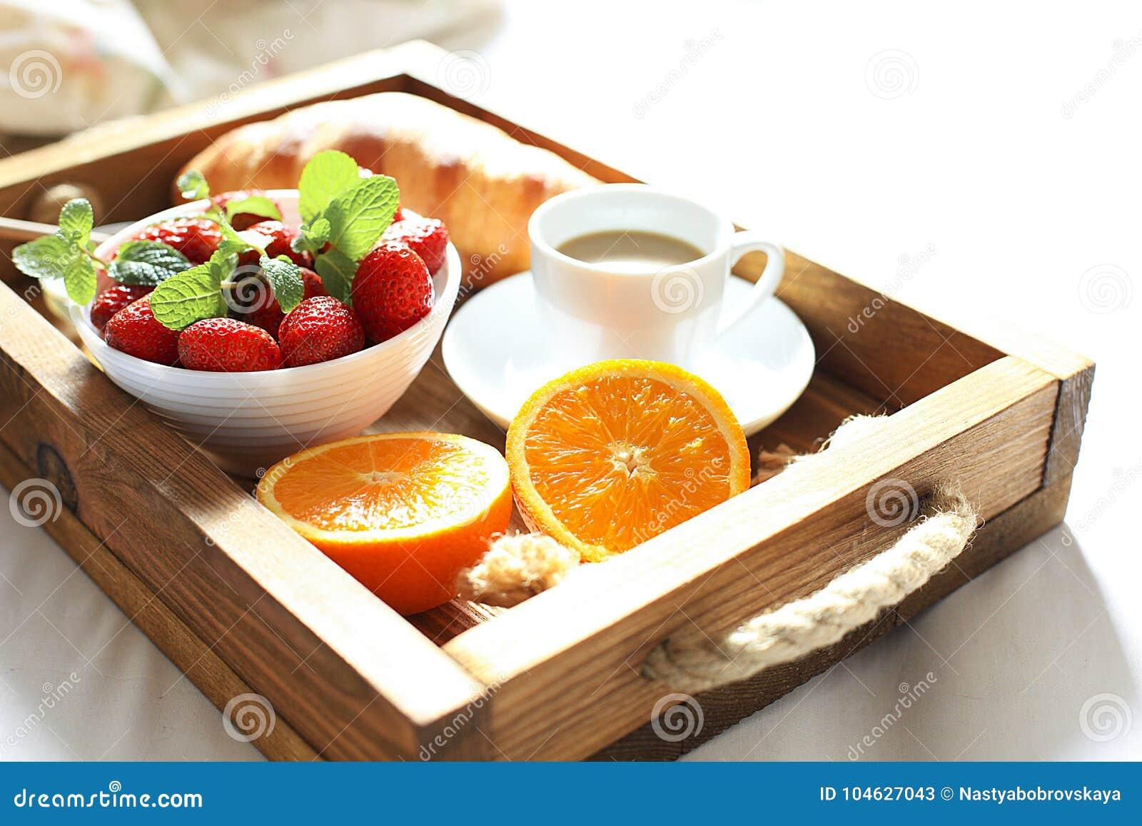Download Ontbijt In Bed, Een Houten Dienblad Van Koffie, Croissants, Aardbei, Oranje Dichte Omhooggaand Honeymoon Ochtend Bij Het Hotel Stock Afbeelding - Afbeelding bestaande uit bloem, bakkerij: 104627043