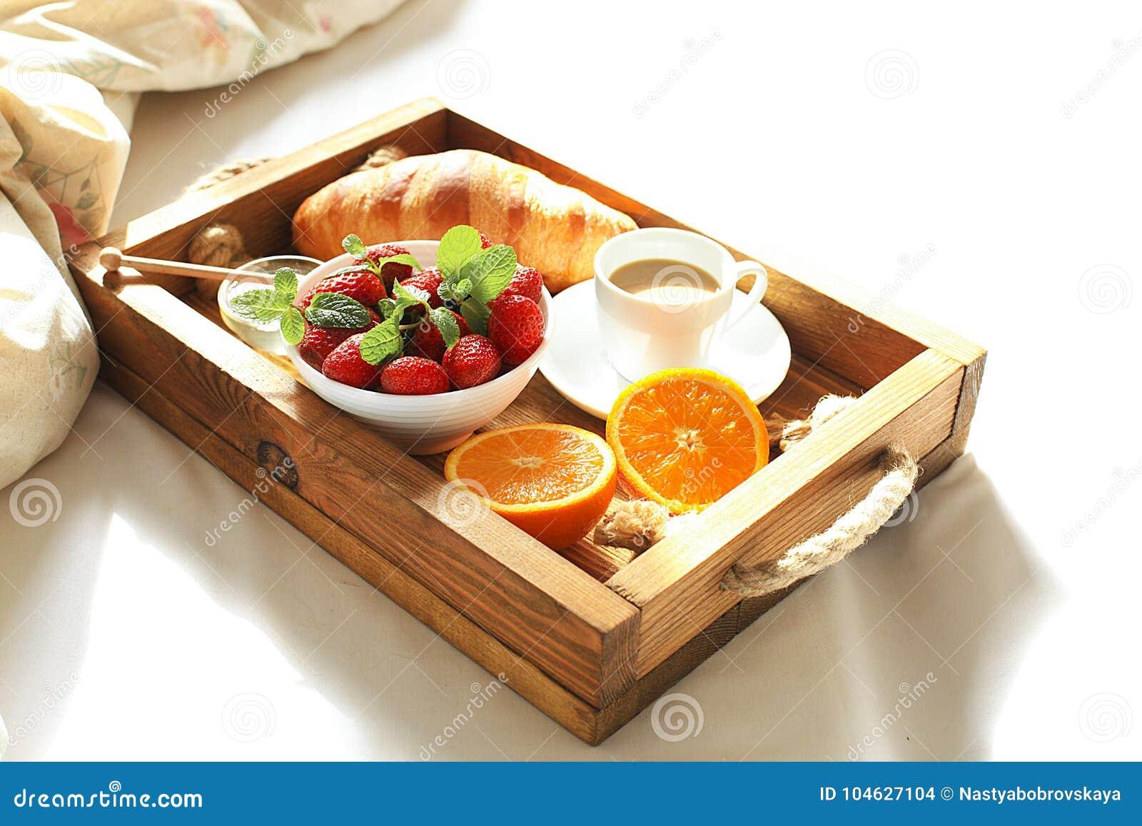 Download Ontbijt In Bed, Een Houten Dienblad Van Koffie, Croissants, Aardbei, Oranje Dichte Omhooggaand Honeymoon Ochtend Bij Het Hotel Stock Foto - Afbeelding bestaande uit achtergrond, holding: 104627104
