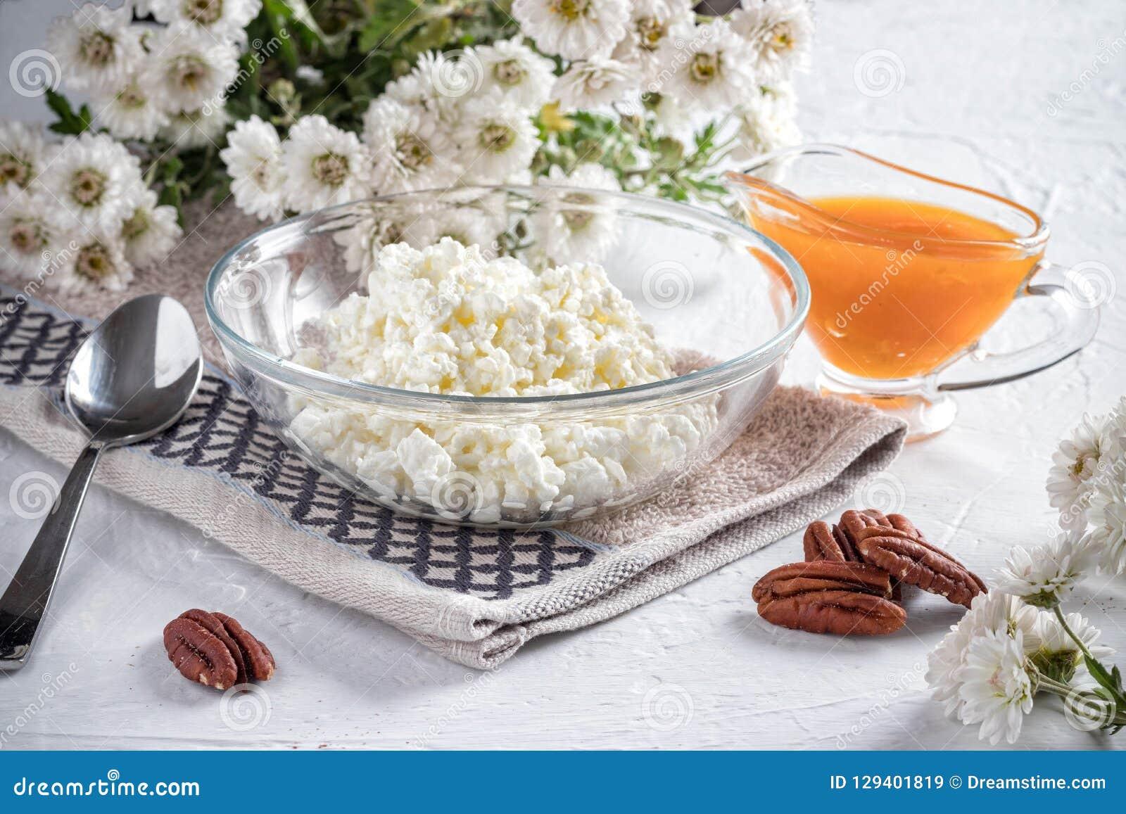 Ontbijt met gestremde melk en abrikozenjam