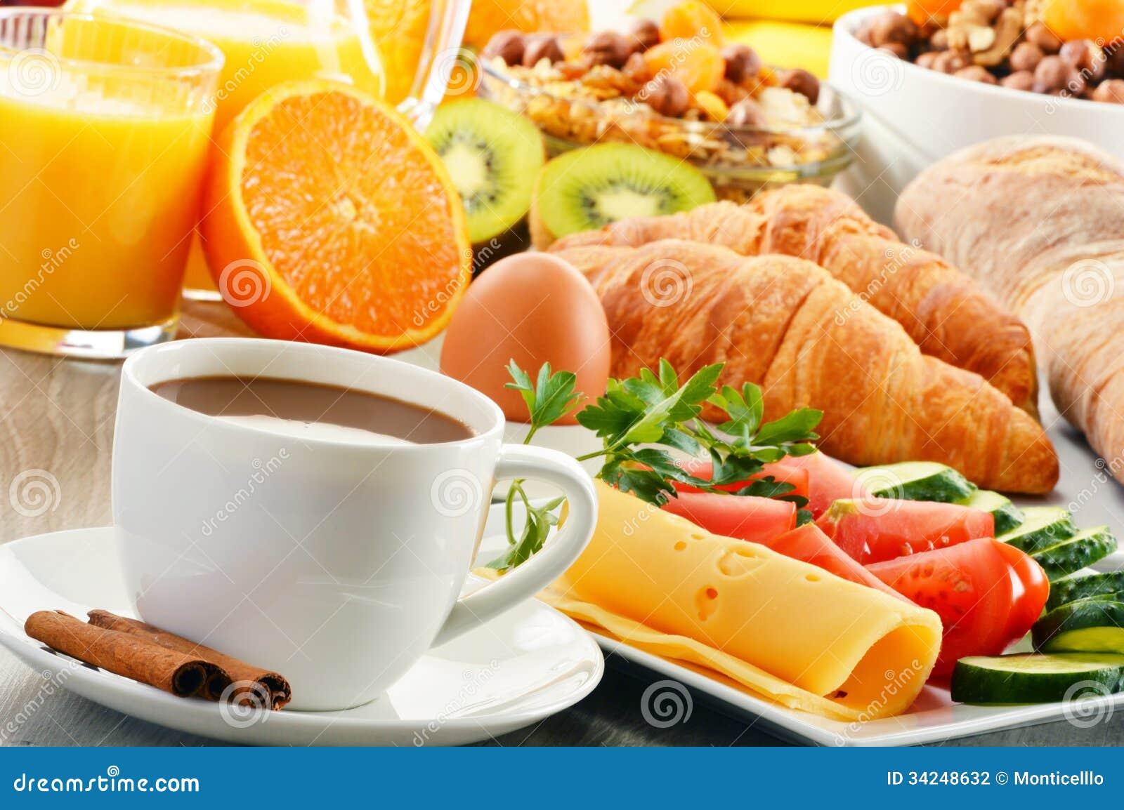Ontbijt met koffie, jus d orange, croissant, ei, groenten