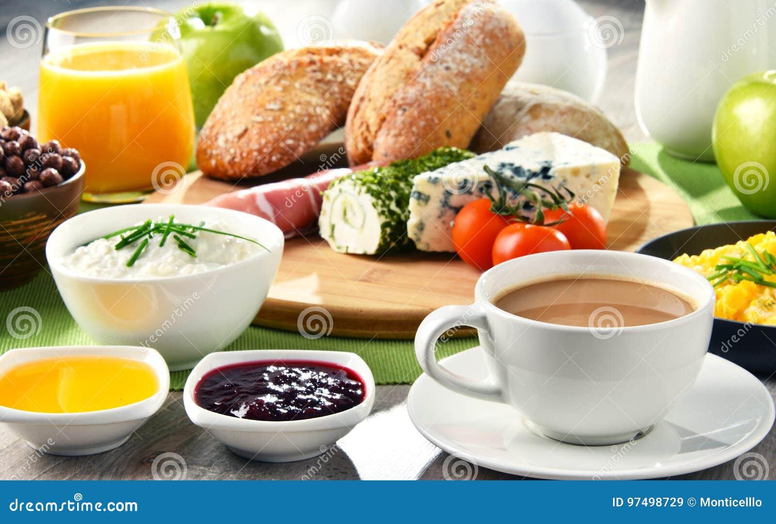 Ontbijt met koffie, kaas, graangewassen en roereieren wordt gediend dat