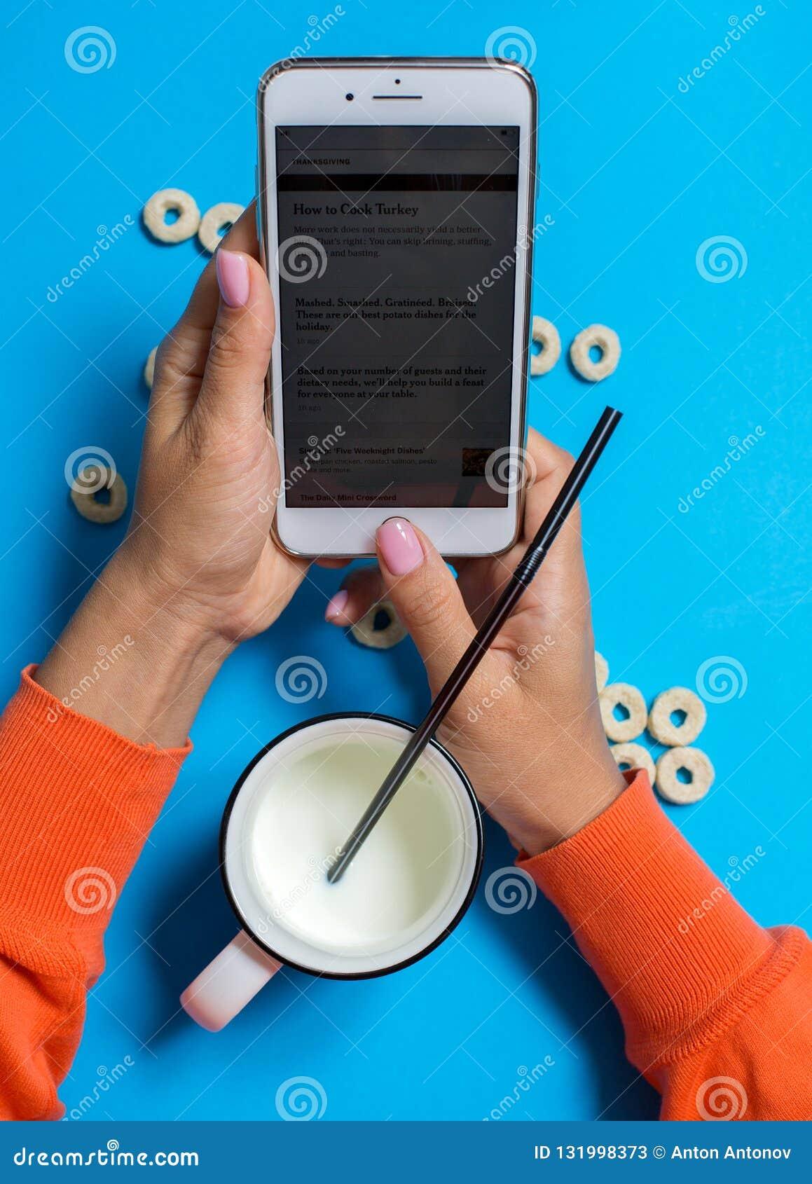 Ontbijt met melk en smartphone