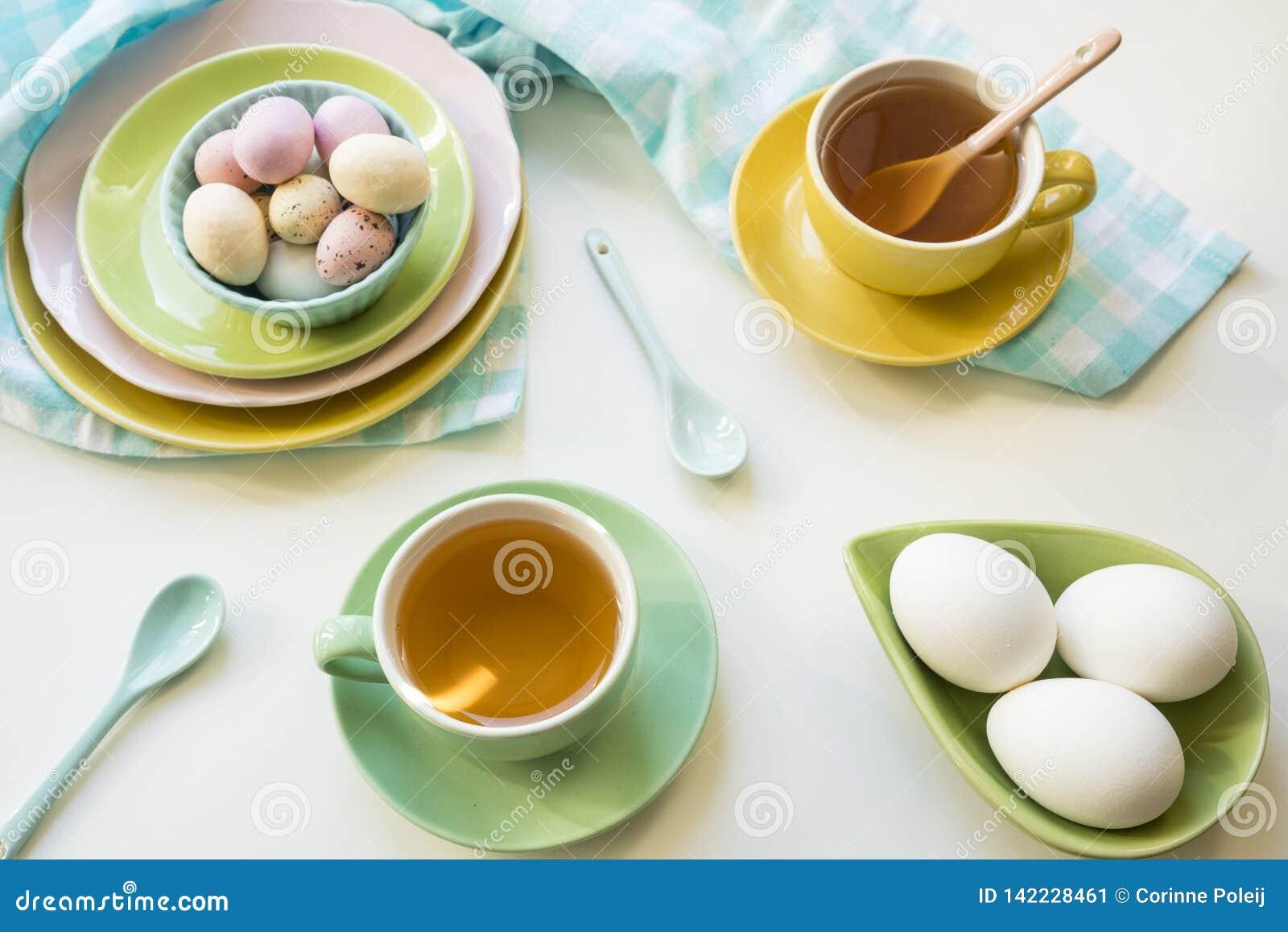 Ontbijt met paaseieren, thee en suikergoed
