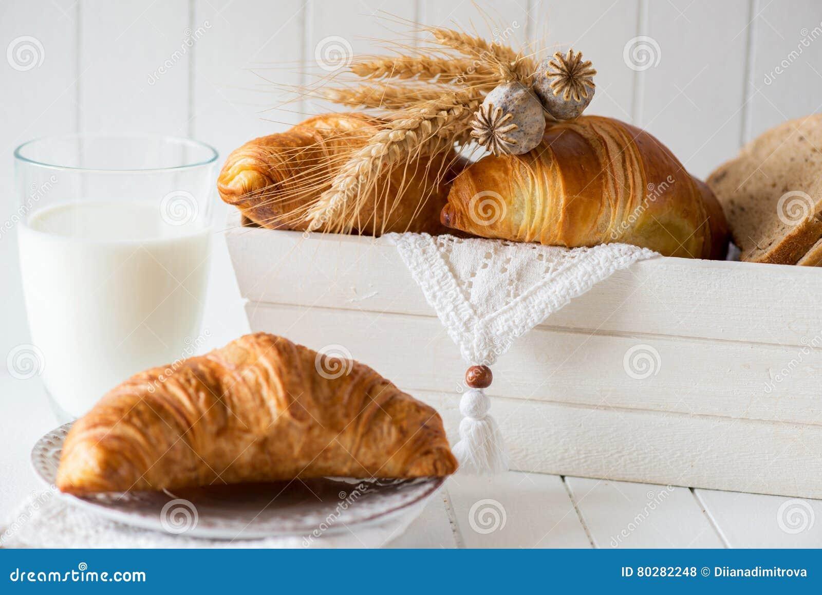Ontbijt met vers Gebakken Croissants