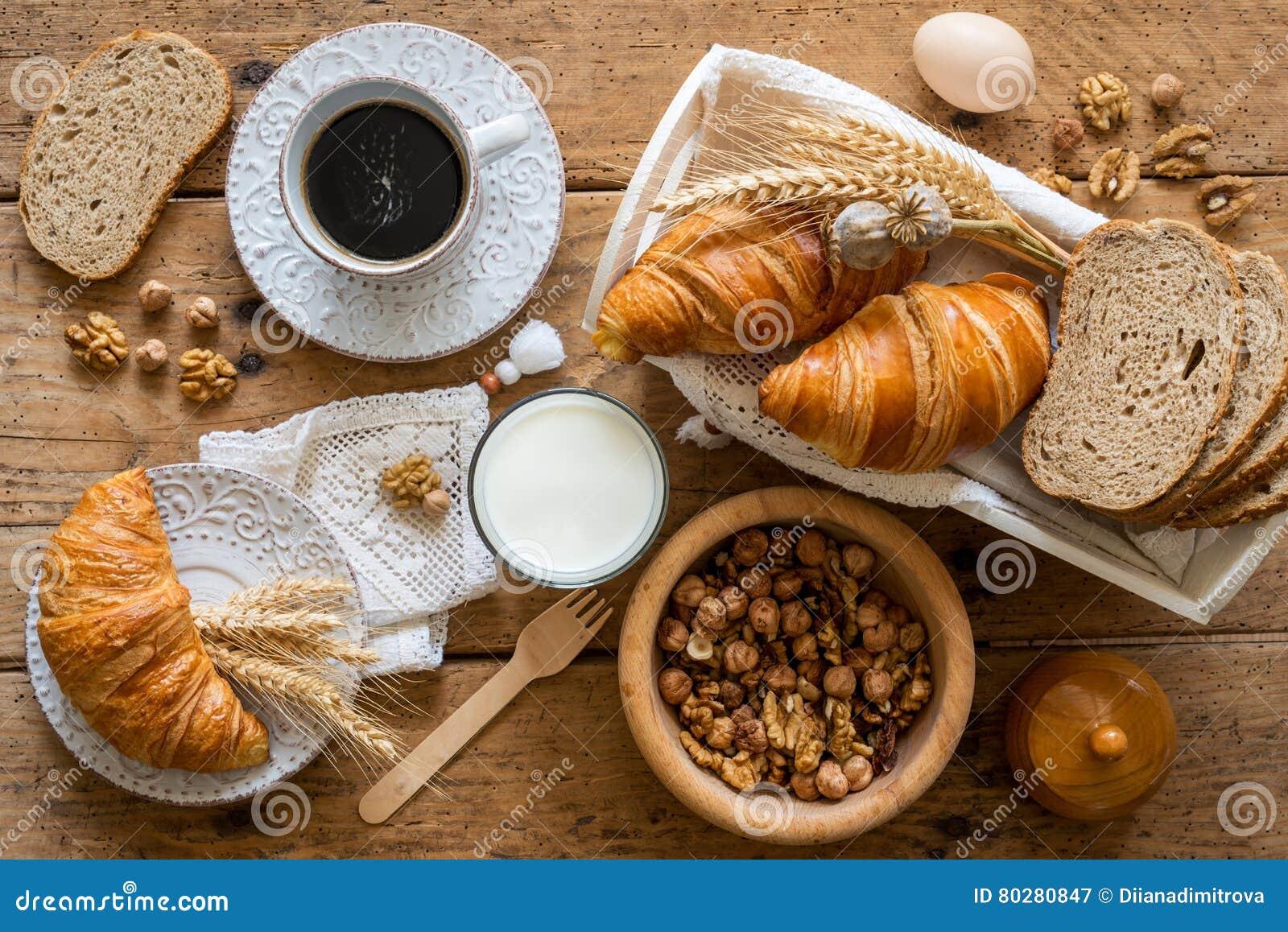 Ontbijt met vers gebakken croissants - hoogste mening