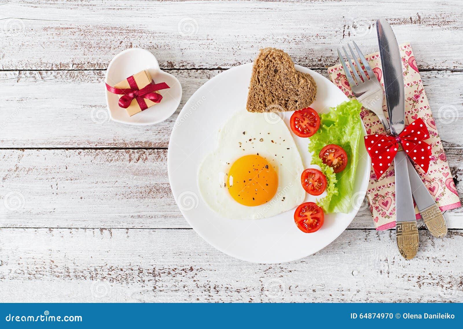 Ontbijt op de Dag van Valentine - gebraden eieren