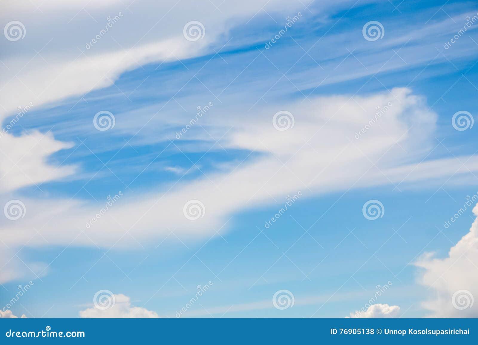 Ontruim blauwe hemel met bewolkt als achtergrondbehang, het behang van de pastelkleurhemel