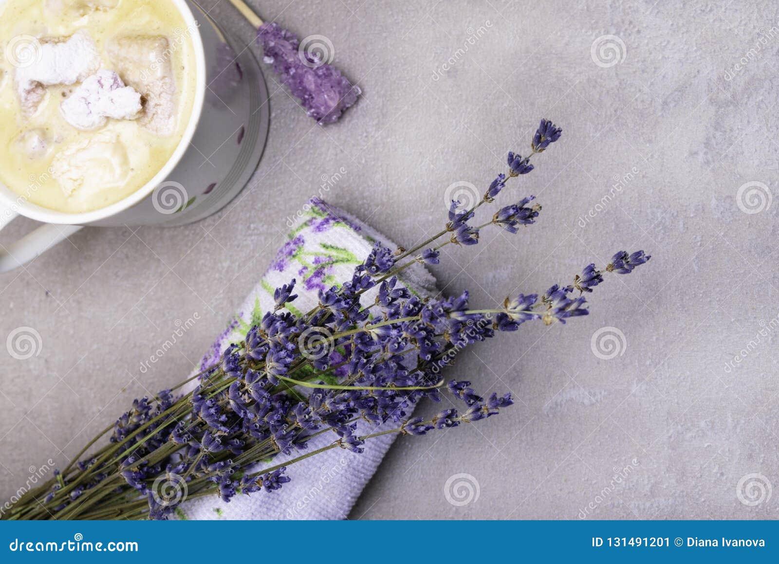 Ontspan de stemming van de kuuroordlavendel met kop van koffie, violette kandijsuiker op houten stok, heemst, lavander drukhanddo