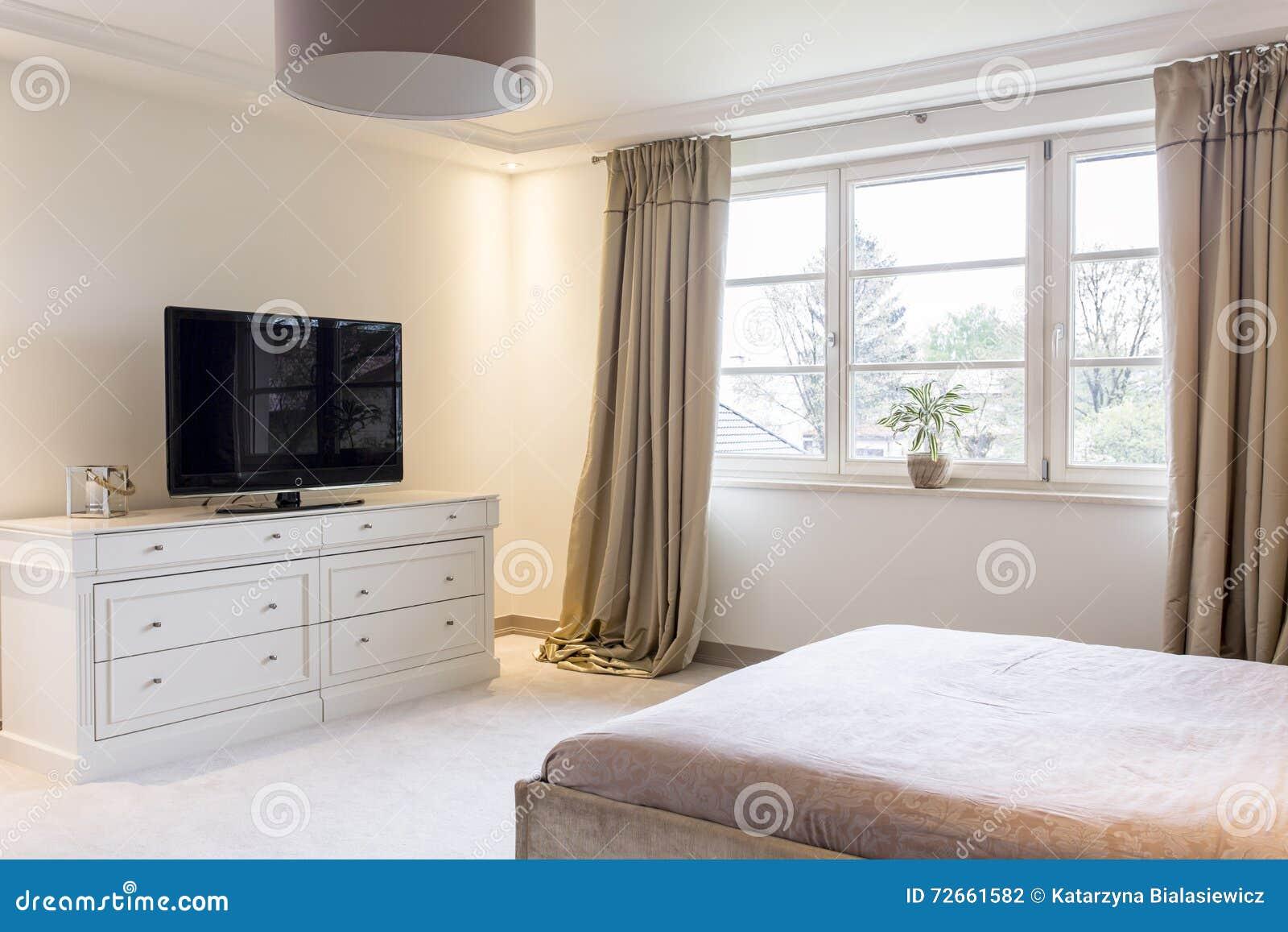 Ontspan In Mooie Slaapkamer Met TV Stock Foto - Afbeelding bestaande ...
