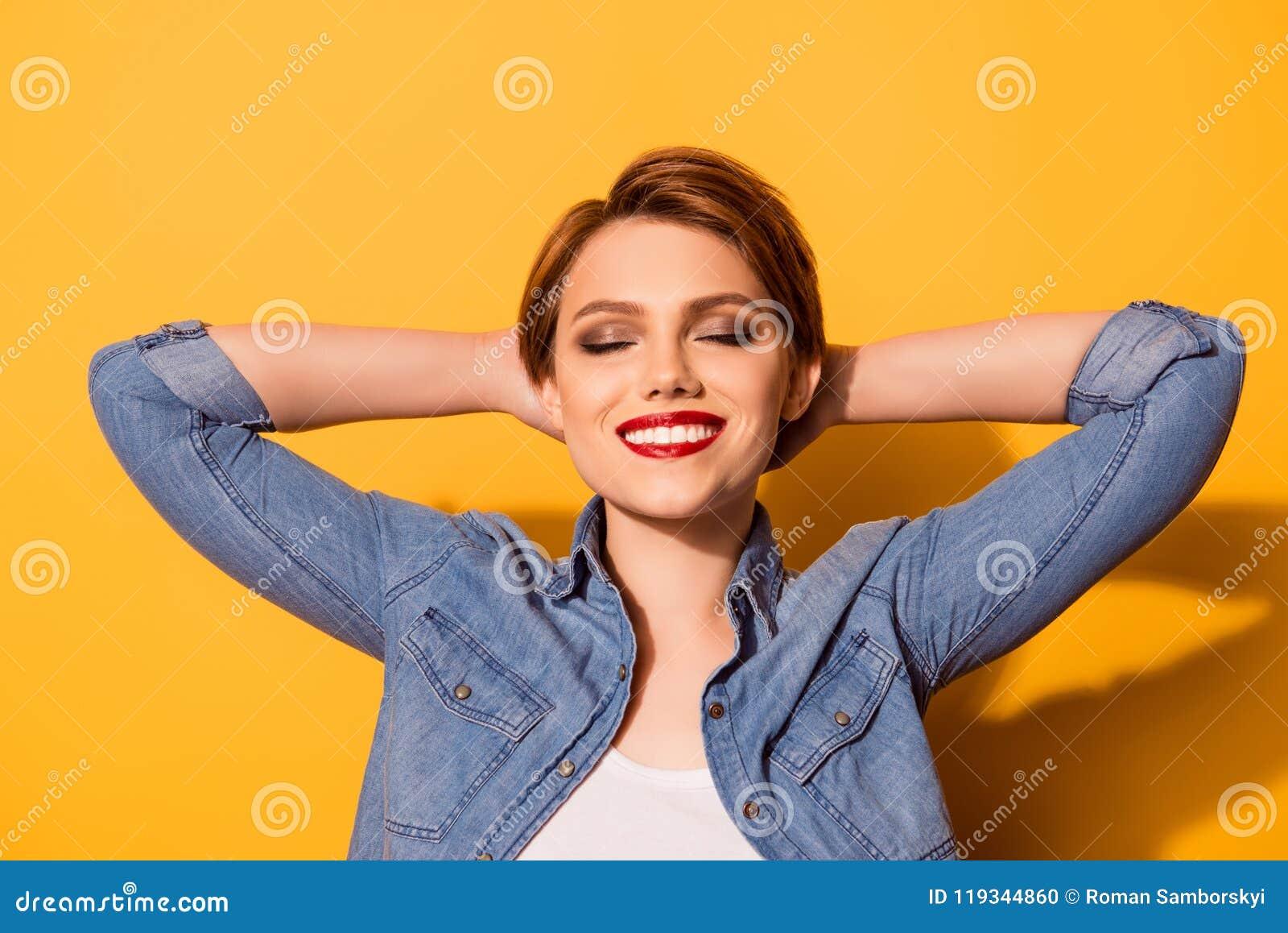 Ontspan! Portret van een jong modieus meisje Zij is in een jeansoverhemd