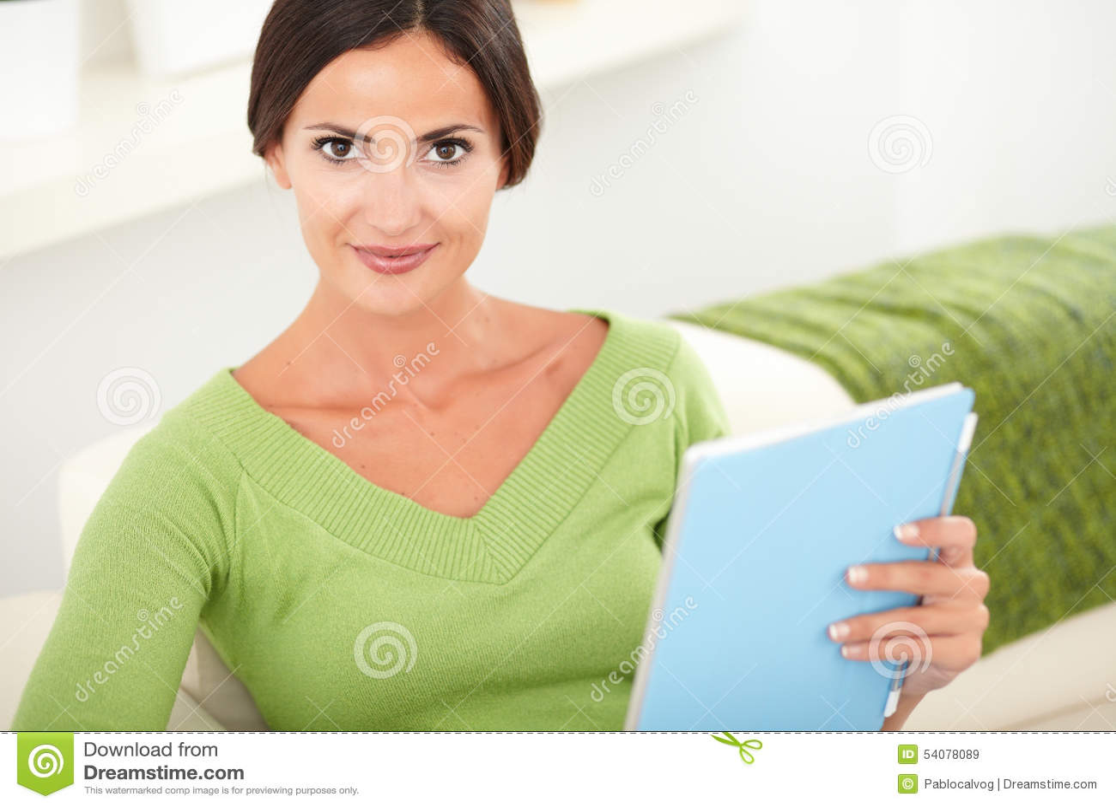 Ontspannen jonge vrouw die een tablet houden