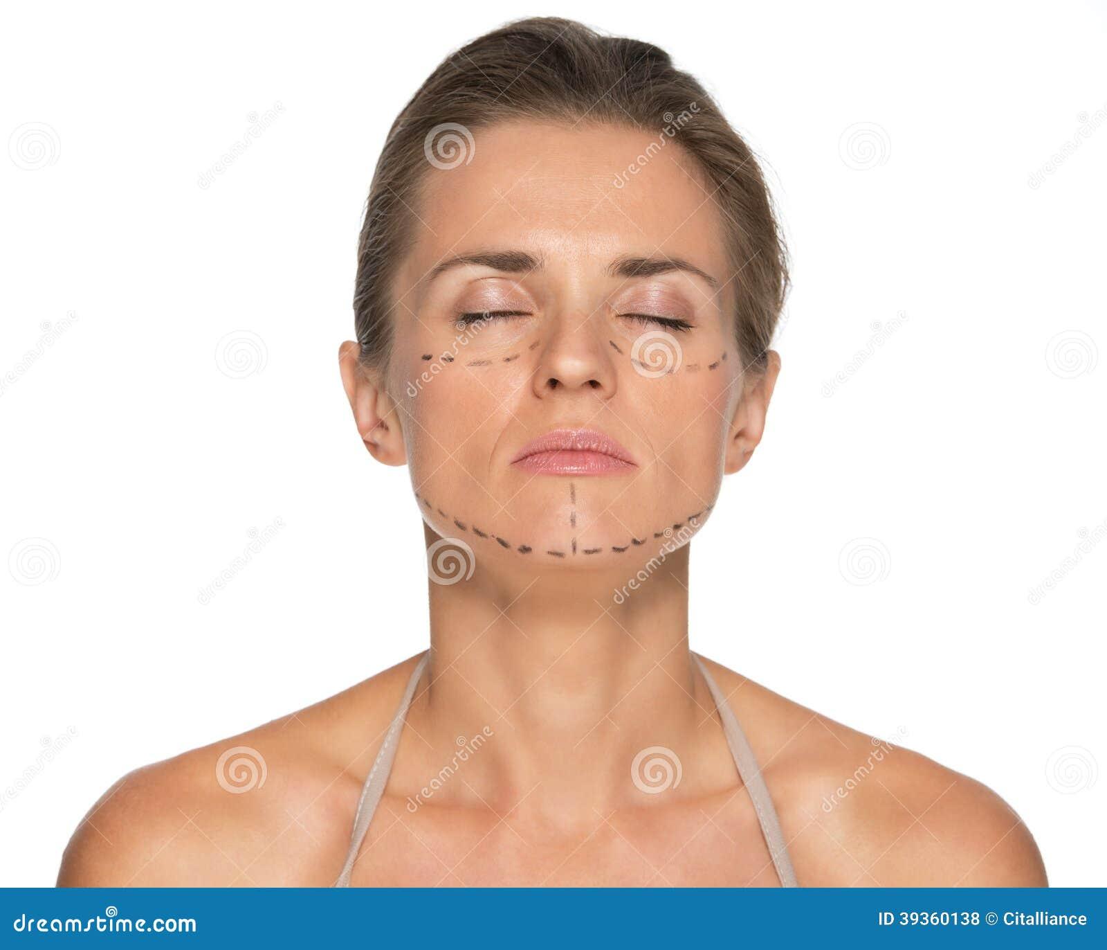 Ontspannen jonge vrouw met plastische chirurgietekens