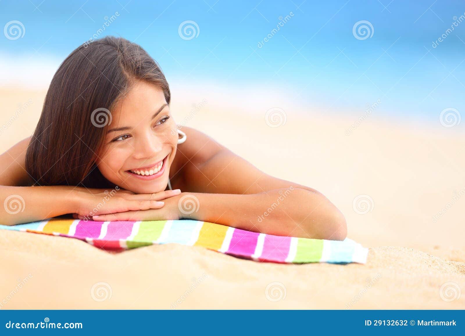 Ontspannende gelukkige strandvrouw