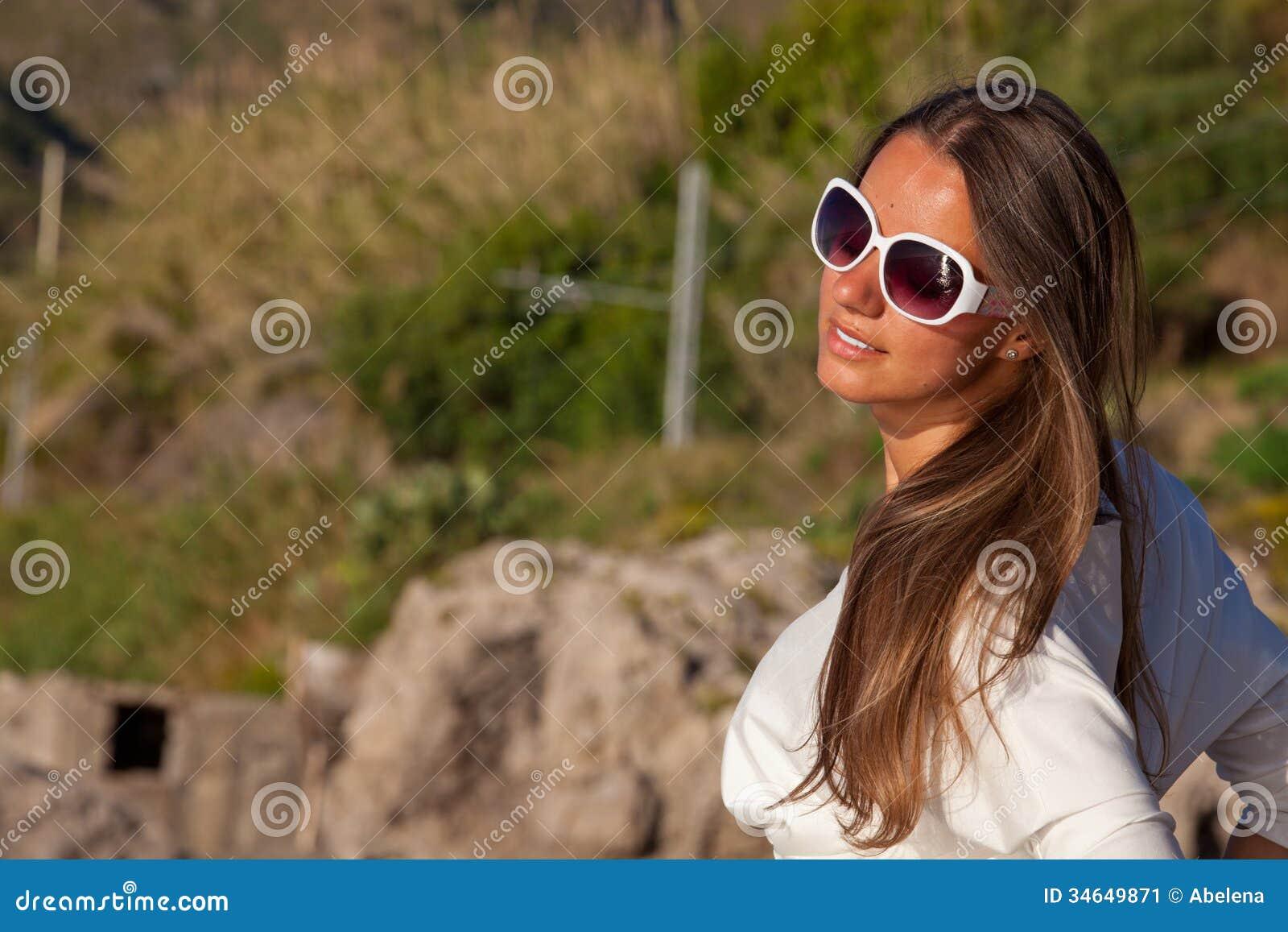 Ontspannende gelukkige vrouw die van de de zomerzon genieten