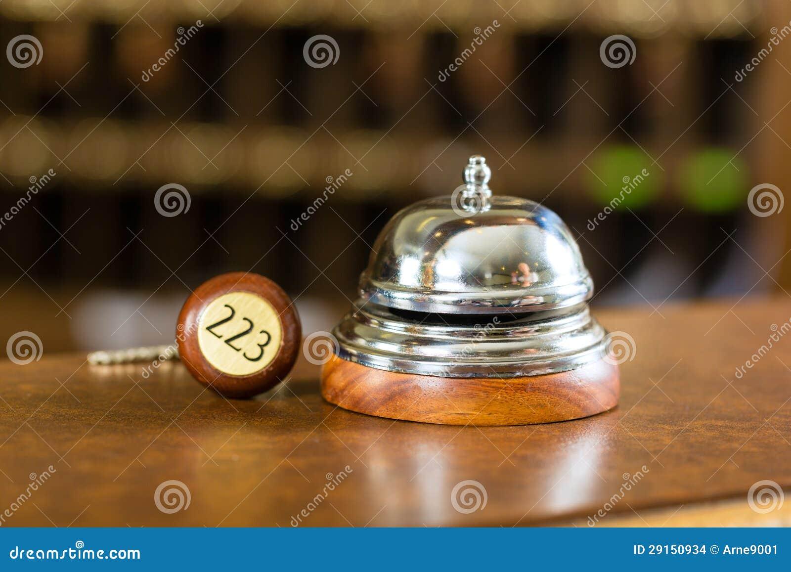 Ontvangst - de klok en de sleutel die van het Hotel op het bureau liggen