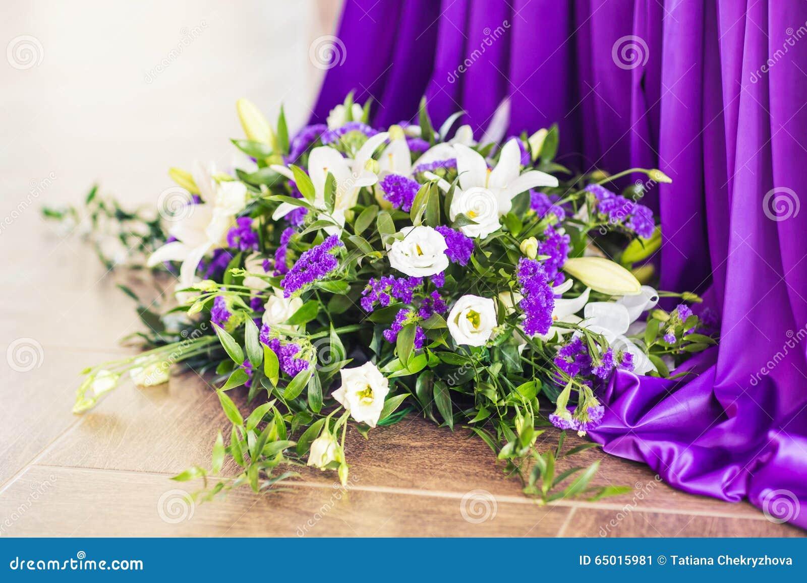 Ontvangstbinnenland met mooie bloemen in vaas stock foto afbeelding 65015981 for Decor ingang