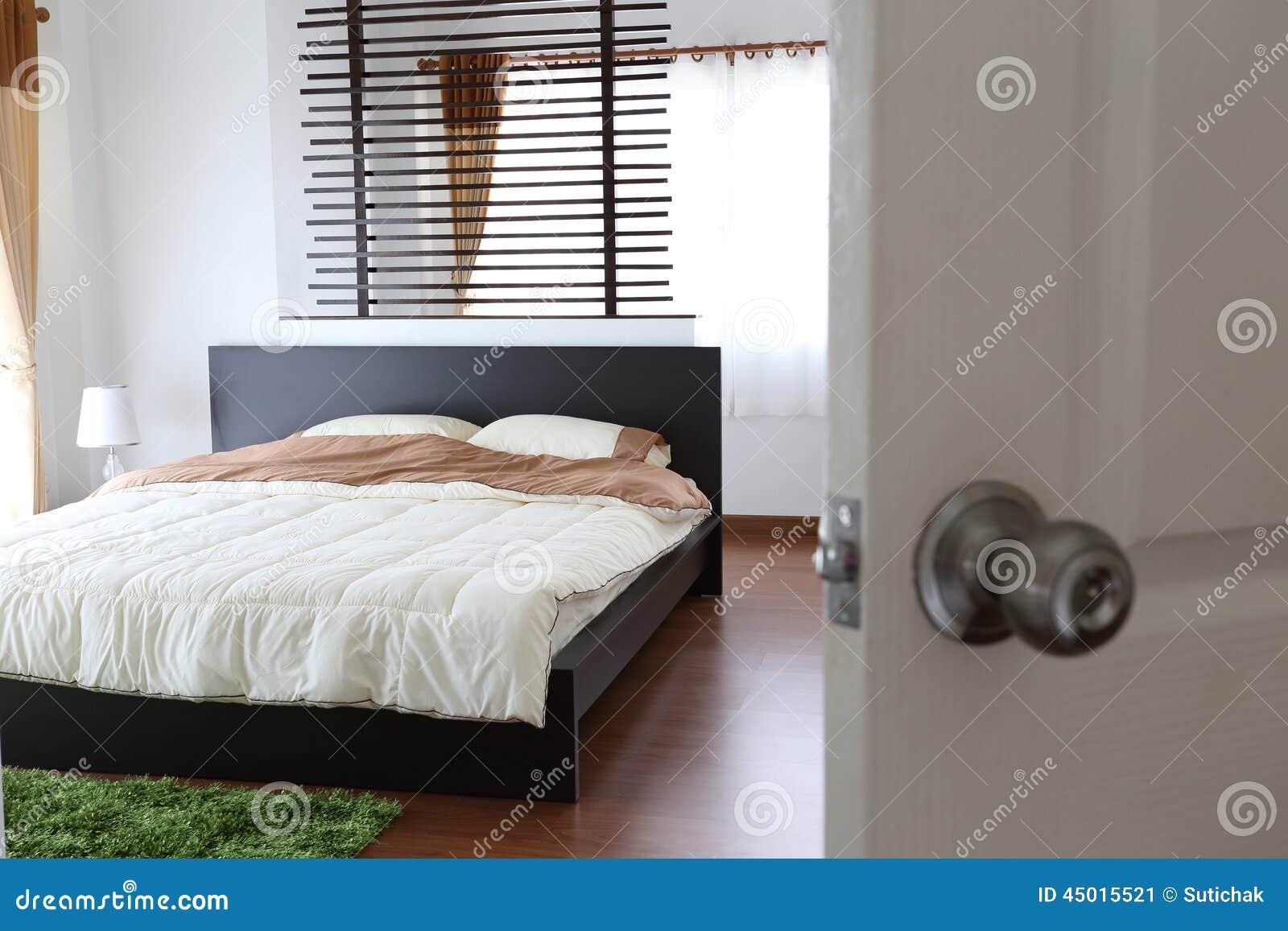 Ontwerp van binnenlandse witte slaapkamer stock foto beeld 45015521 - Ontwerp van slaapkamers ...