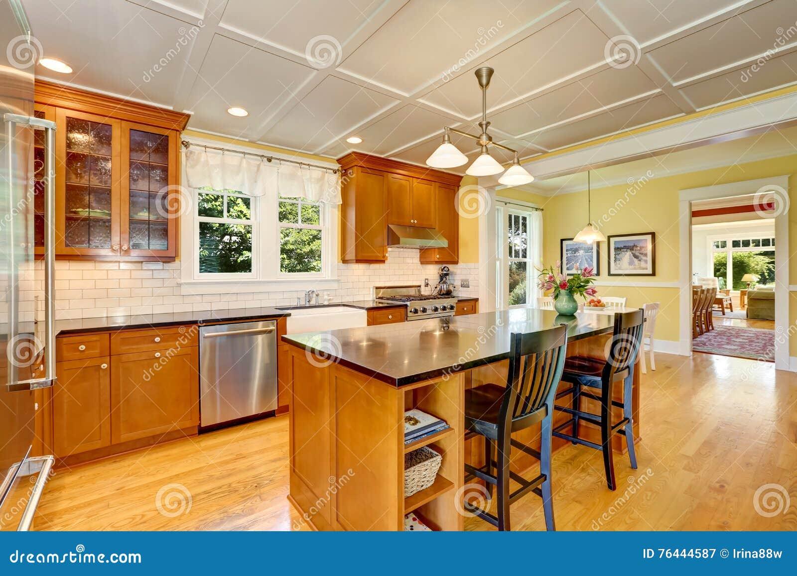 Ontwerp van bruine houten keuken met staaltoestellen stock foto afbeelding 76444587 - Keuken met teller ...