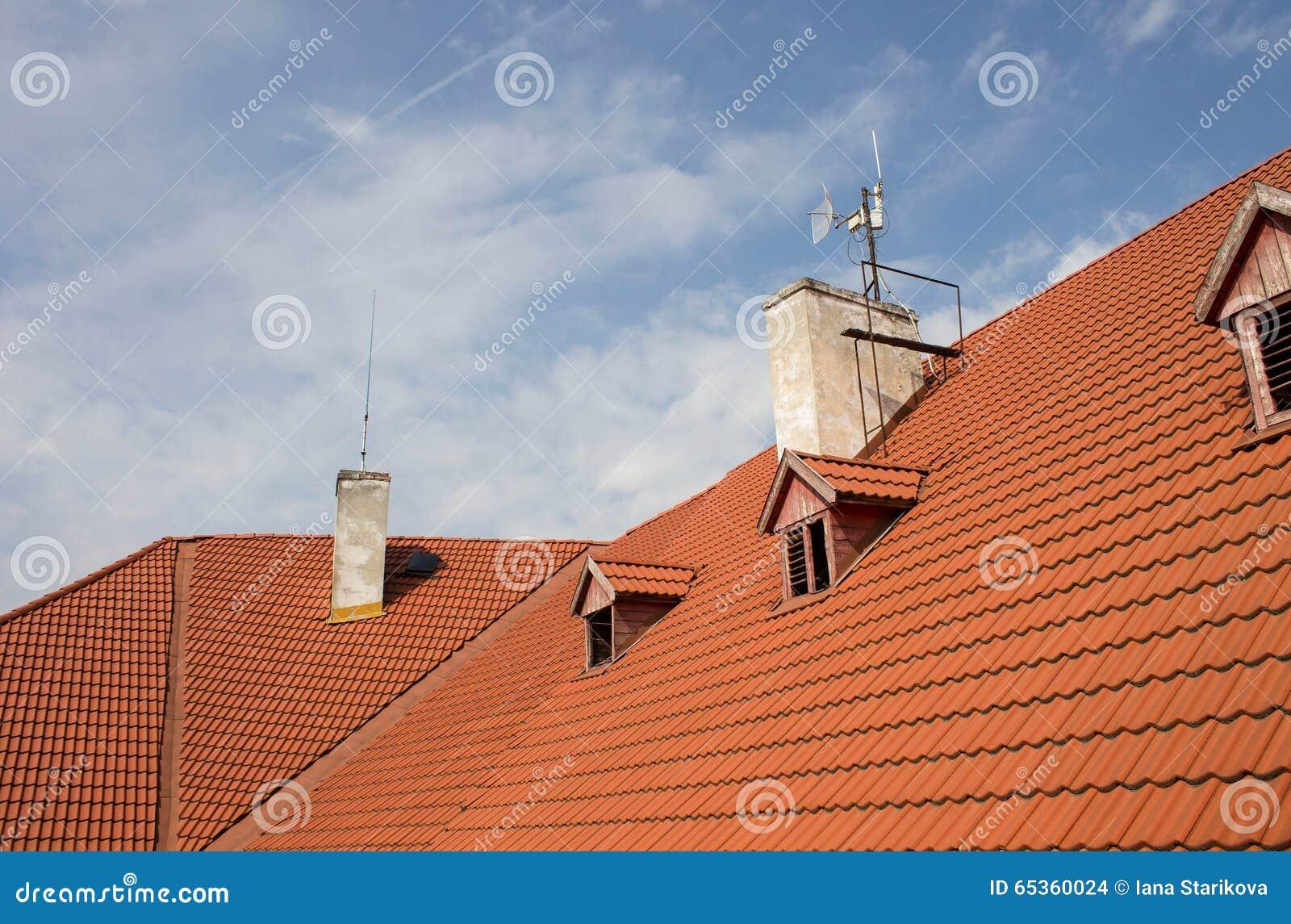 Ontwerp van het dak met een schoorsteen stock foto afbeelding