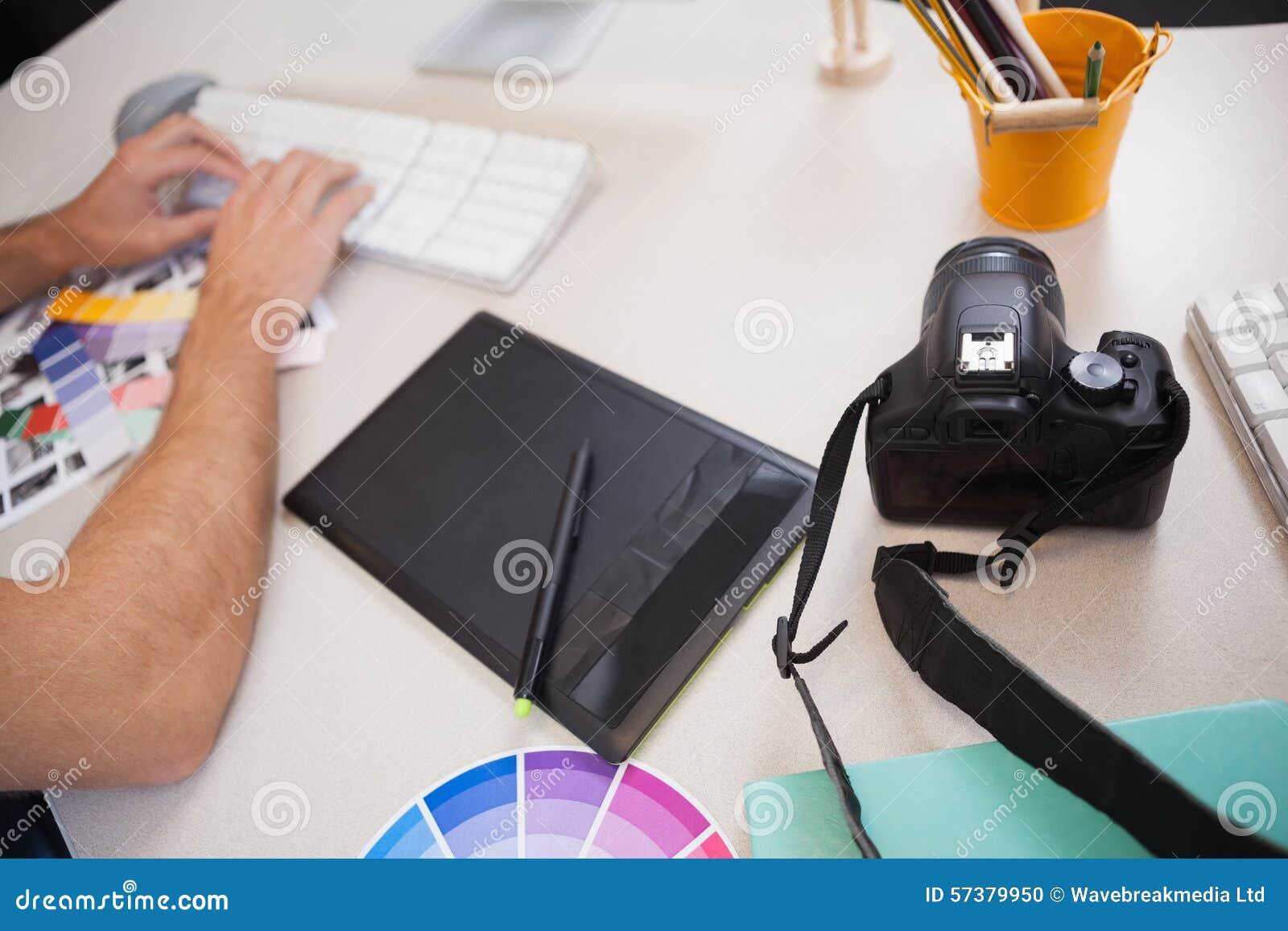 Ontwerper die aan zijn computer werken