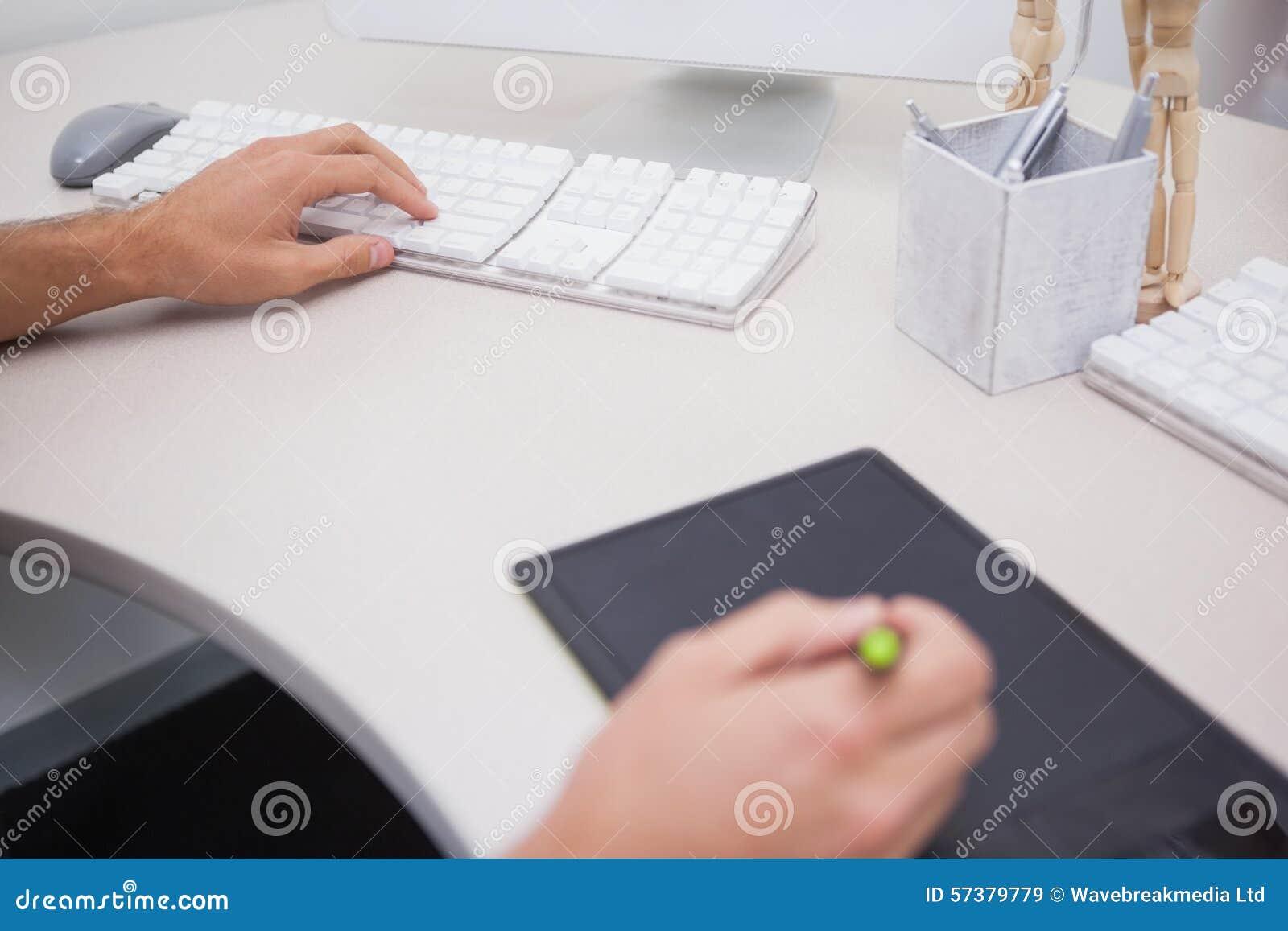 Ontwerper die grafiektablet en kleurenwiel gebruiken