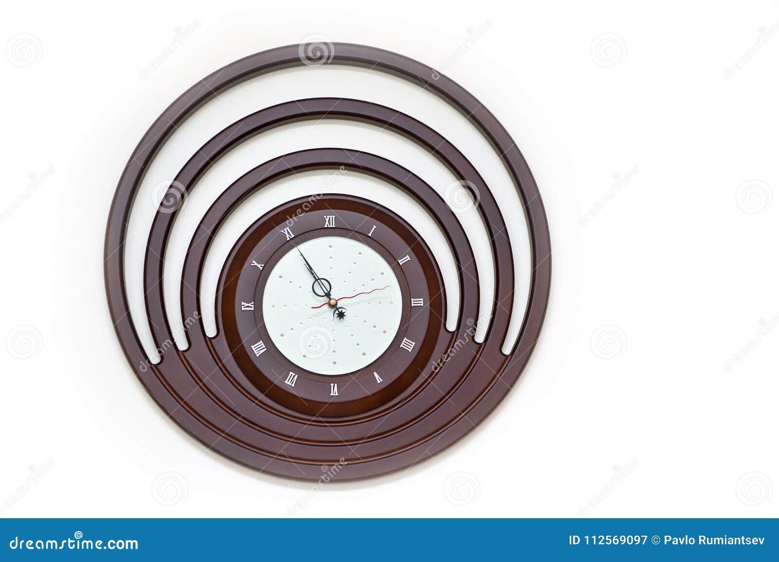 Ontwerper Wall Clock met Ronde Wijzerplaat op Witte Achtergrond