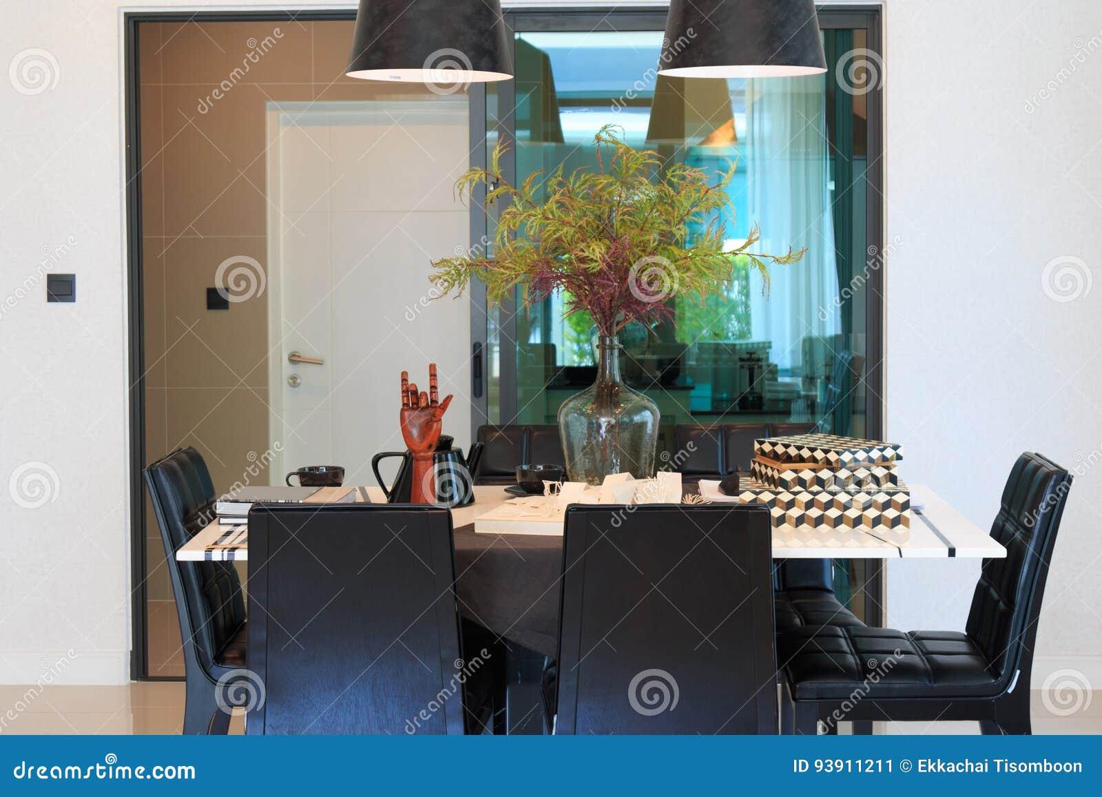 Eettafel In Woonkamer : Ontwerperhulpmiddelen op de eettafel in de woonkamer stock
